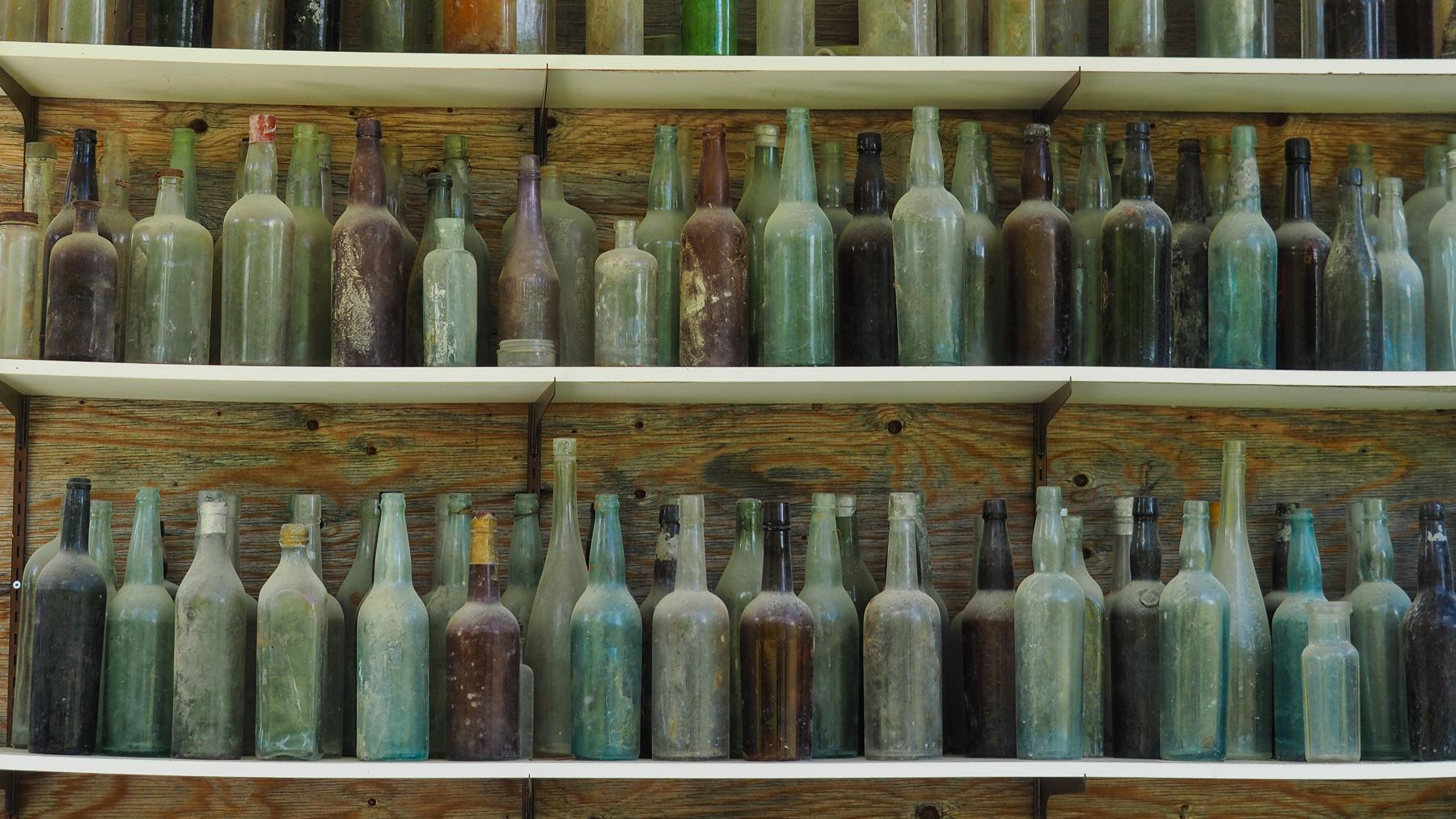 alte Bier- und Whiskeyflaschen