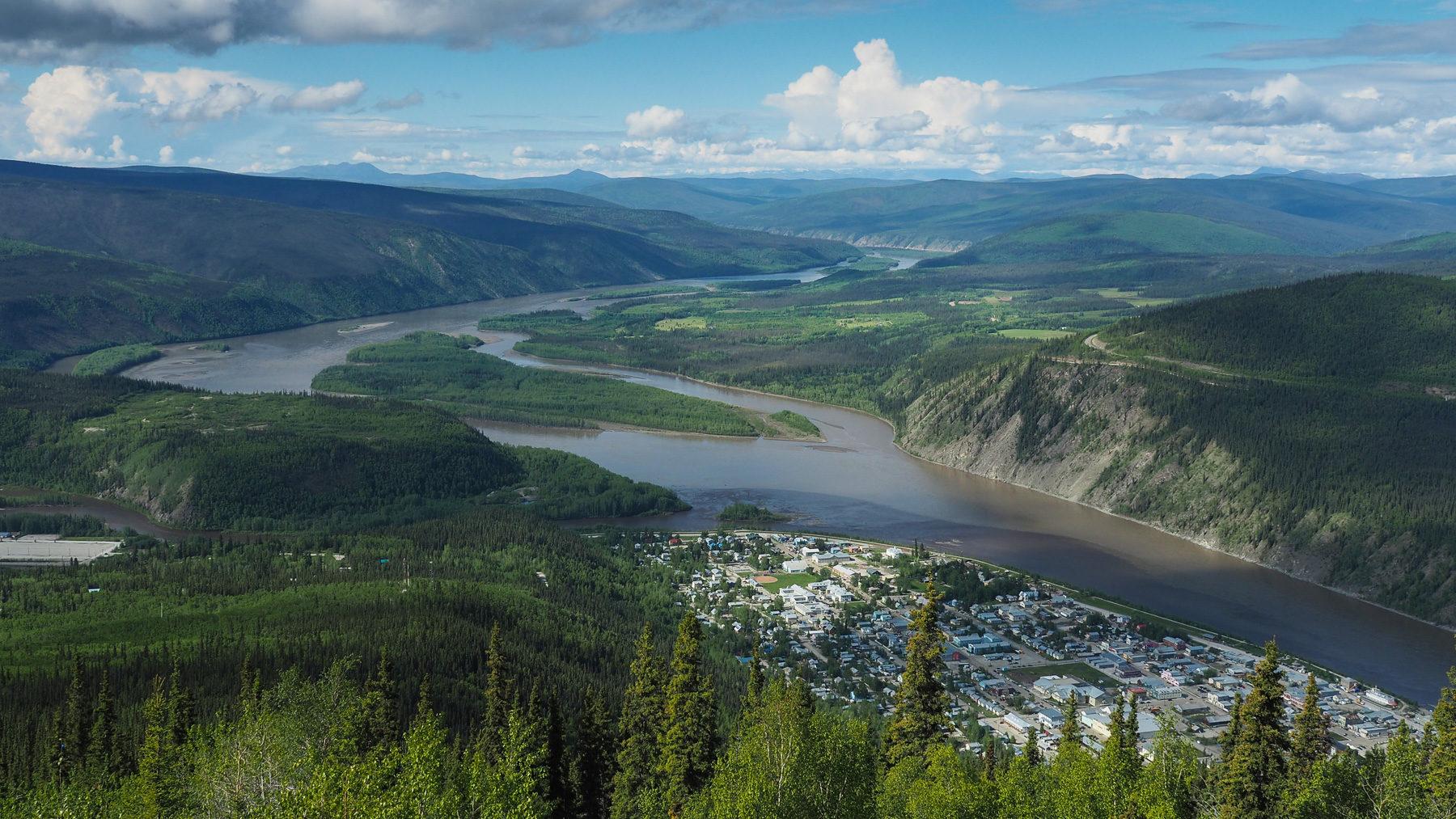 Dawson City von oben, am Zusammenfluß von Klondik und Yukon