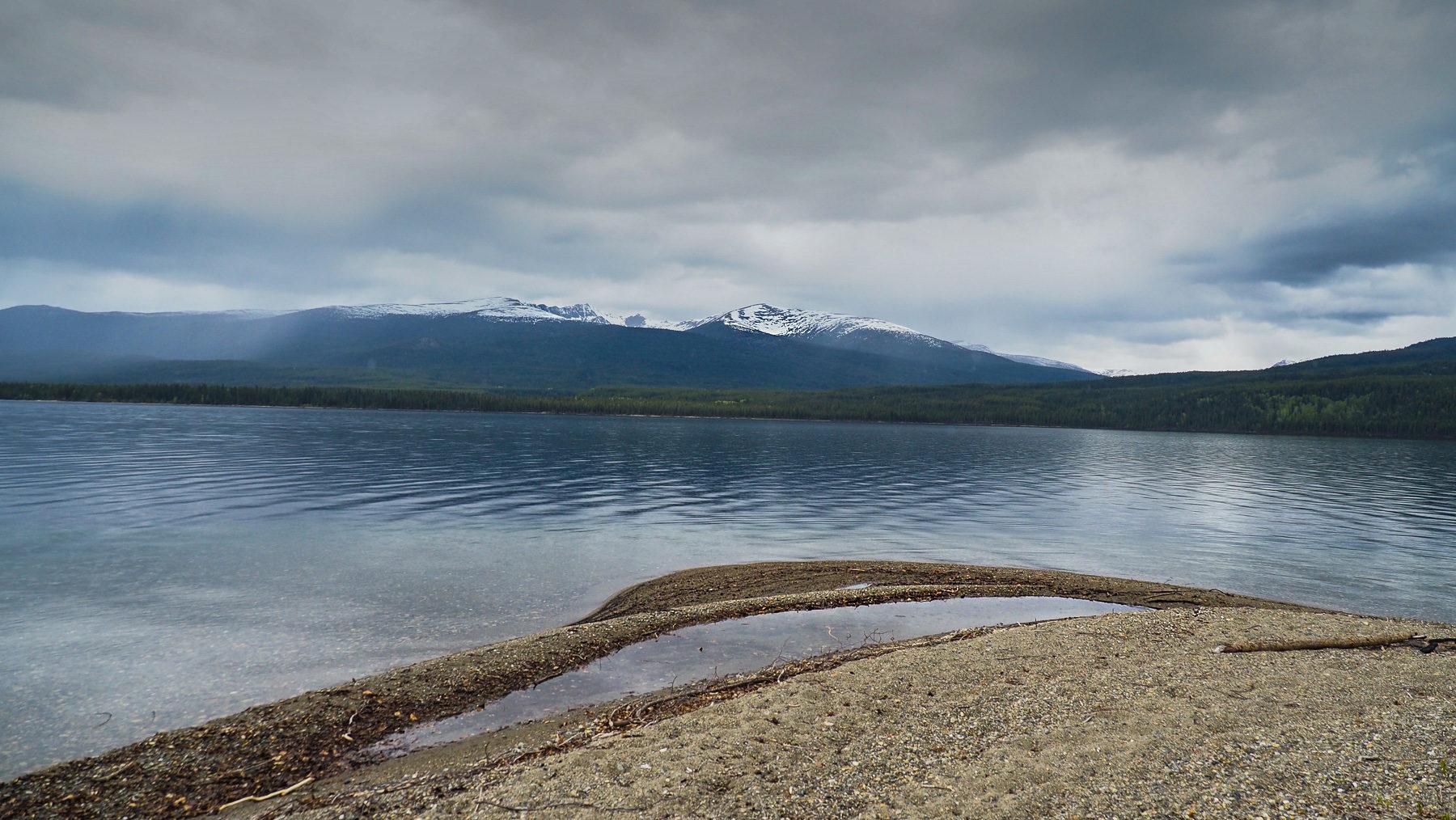 am düsteren Quiet Lake an der South Canol Road