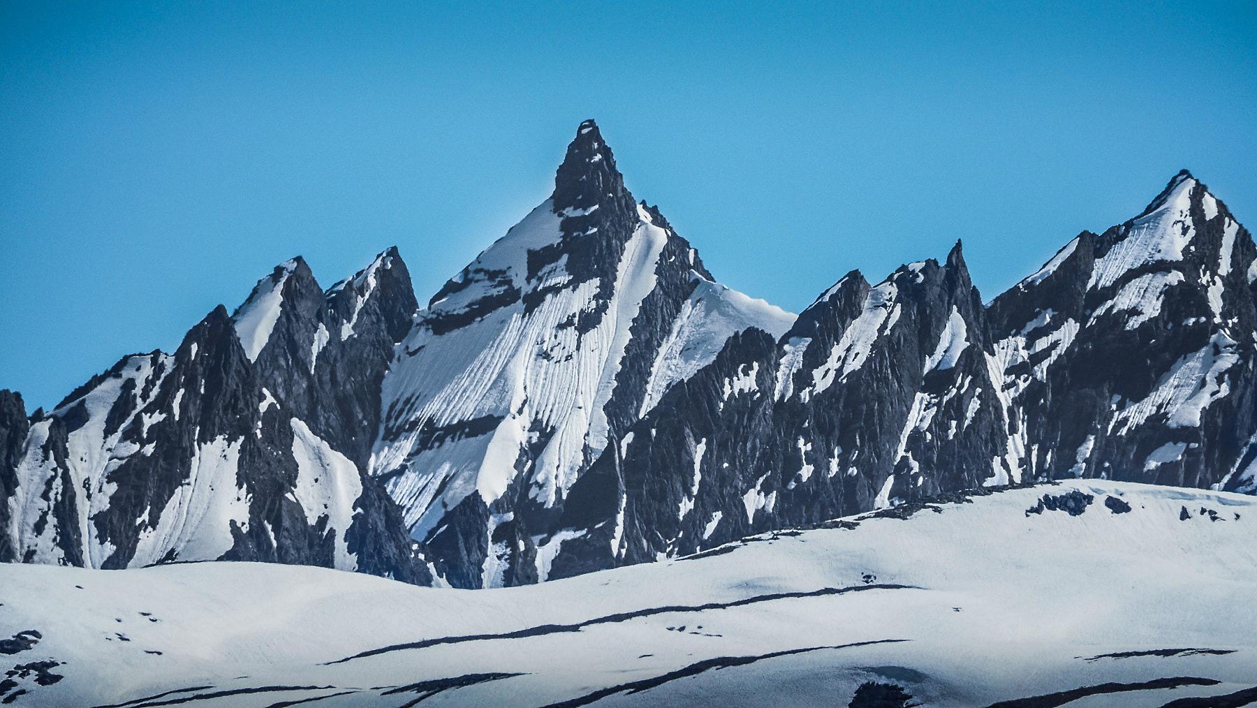 ..mit teilweise kühnen, steilen Berggipfeln