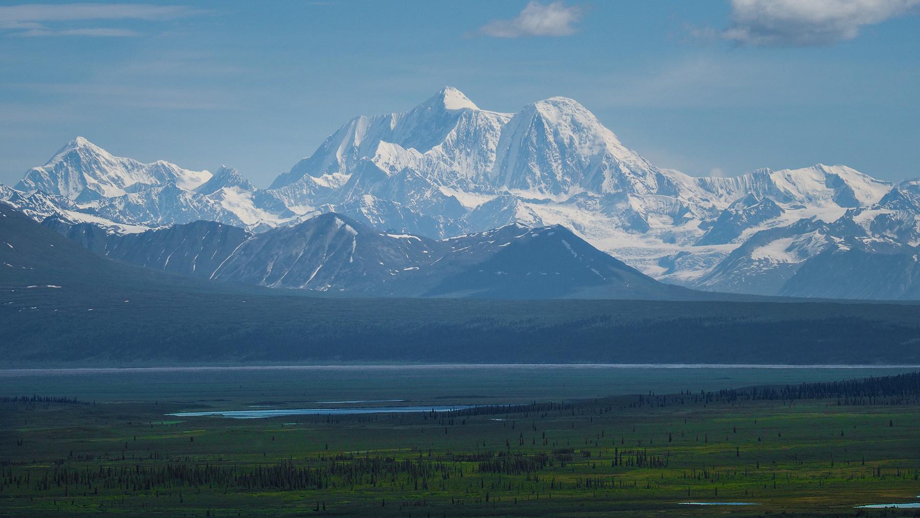 mit gigantischen Bergen und Gletschern am Horizont
