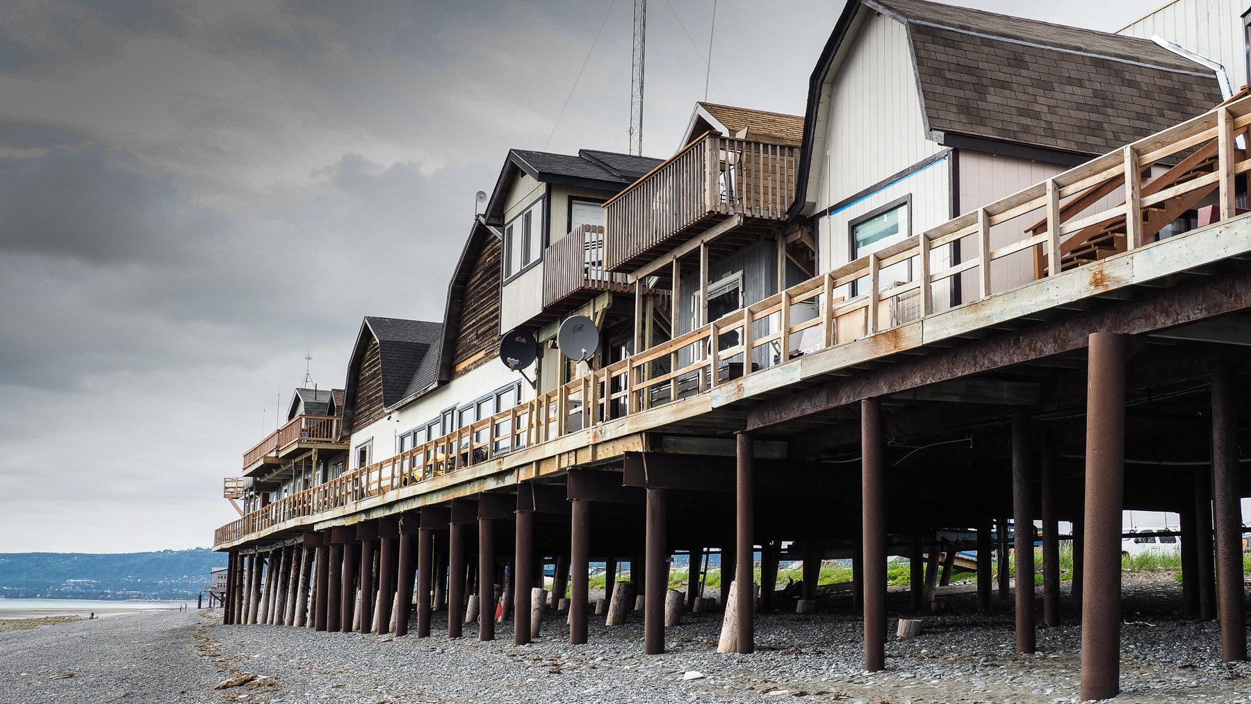 Homer, kleine Häuschen und Geschäfte direkt am Strand