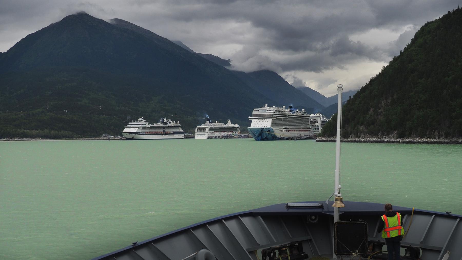 4 Kreuzfahrtschiffe sind schon vor uns da.