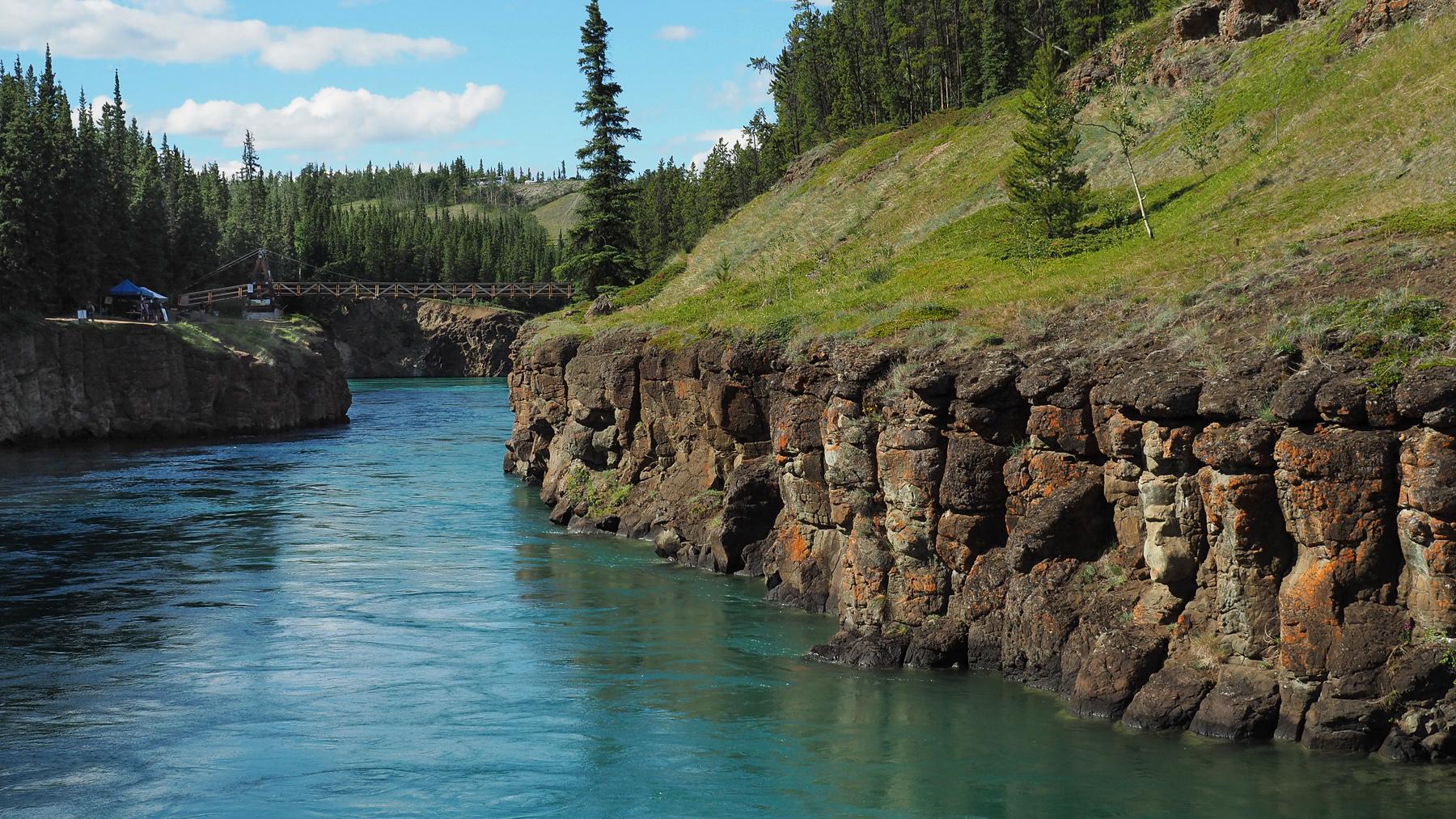 herrliches Wetter bei einer Wanderung entlang des Yukon, bei den ehemaligen white rapids