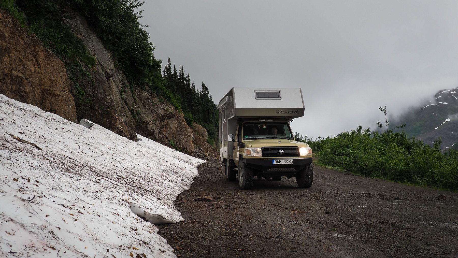 Schlechtes Wetter und Schneefelder an der Pazikküste