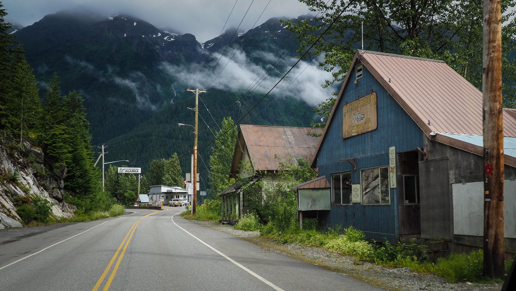 am Ende der Welt - Hyder am letzten Südzipfel von Alaska, Grenzstation Usa/Kanada im Hintergrund