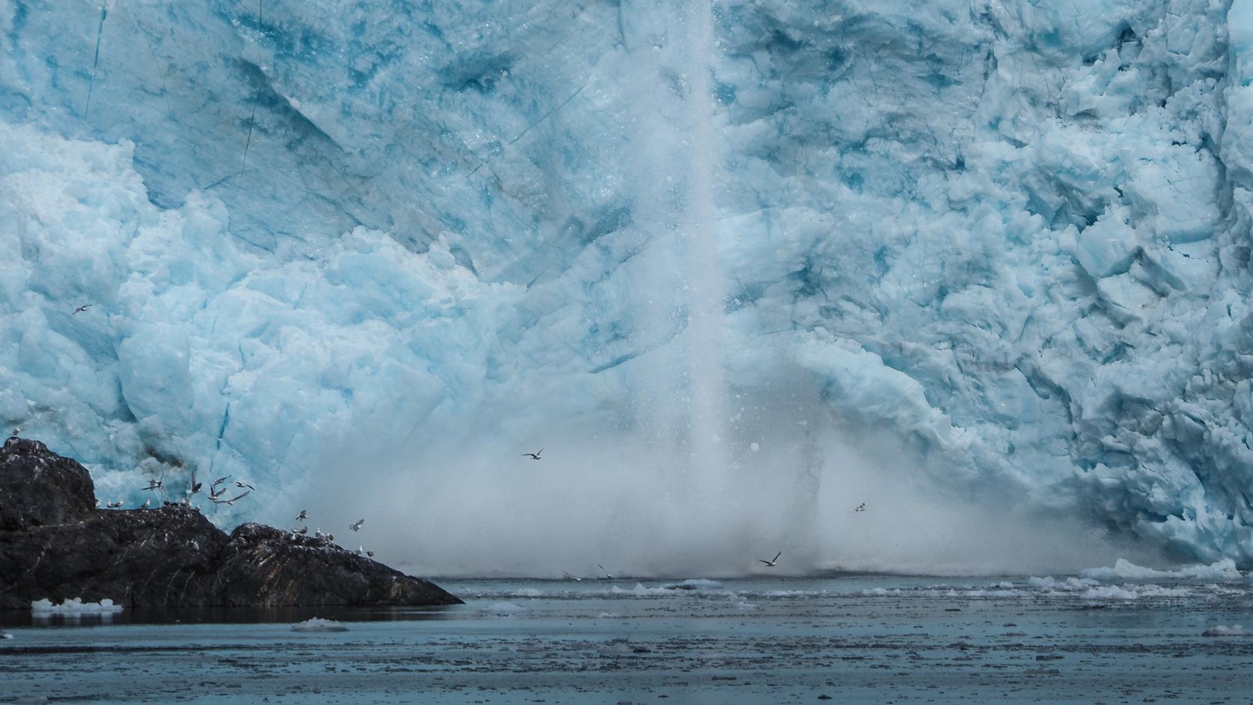 immer wieder bricht Eis ab und stürzt ins Meer