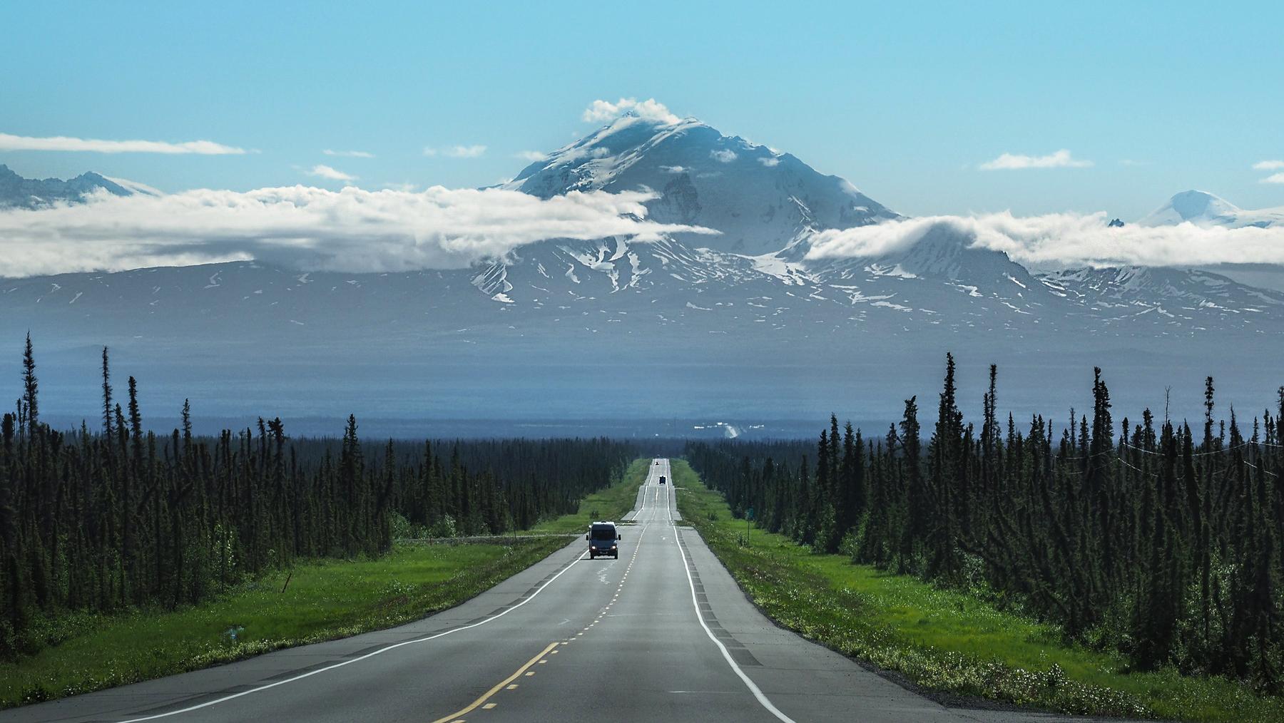 Fahrt am Glenn Highway, mit dem majestätischen Wrangell Mountain im Hintergrund