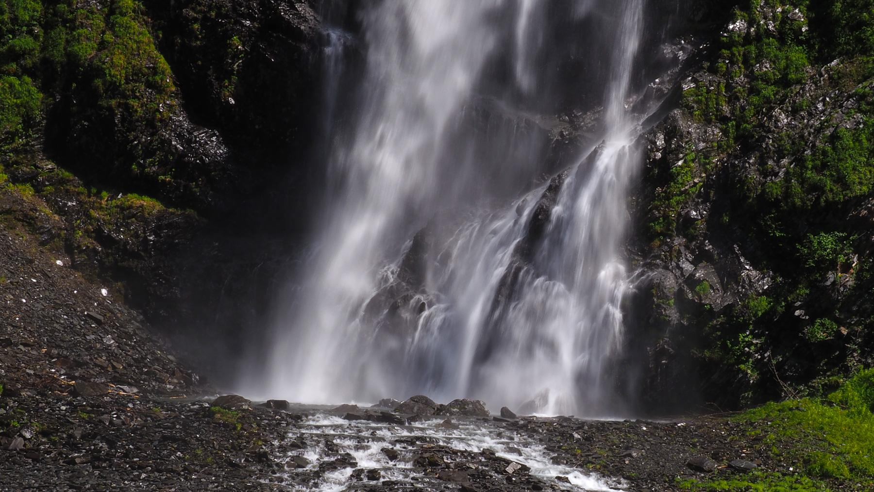 einer der vielen schönen Wasserfälle in Valdez