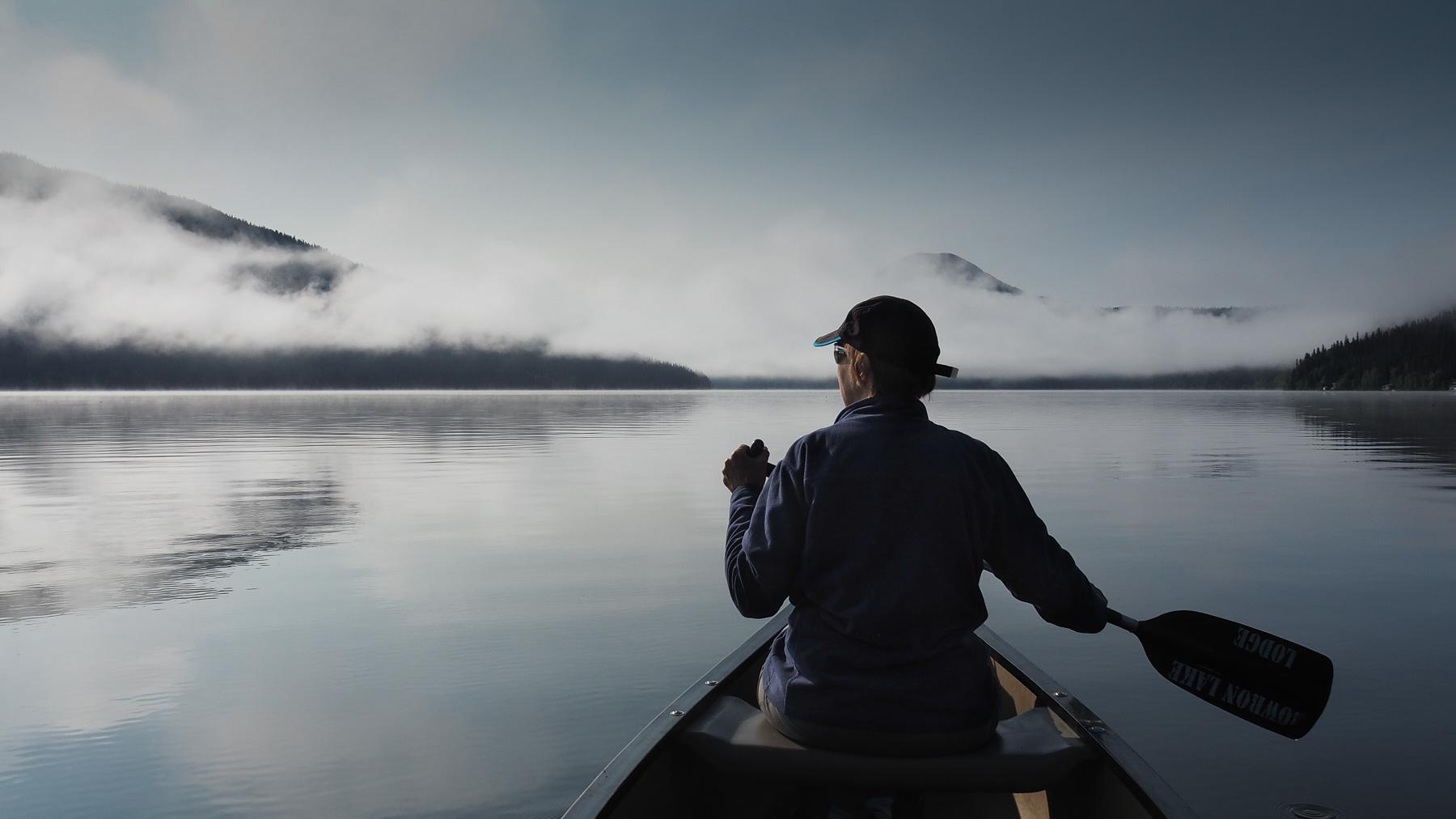 Aufbruch frühmorgens am Bowron Lake zu einer laaangen Paddeltour