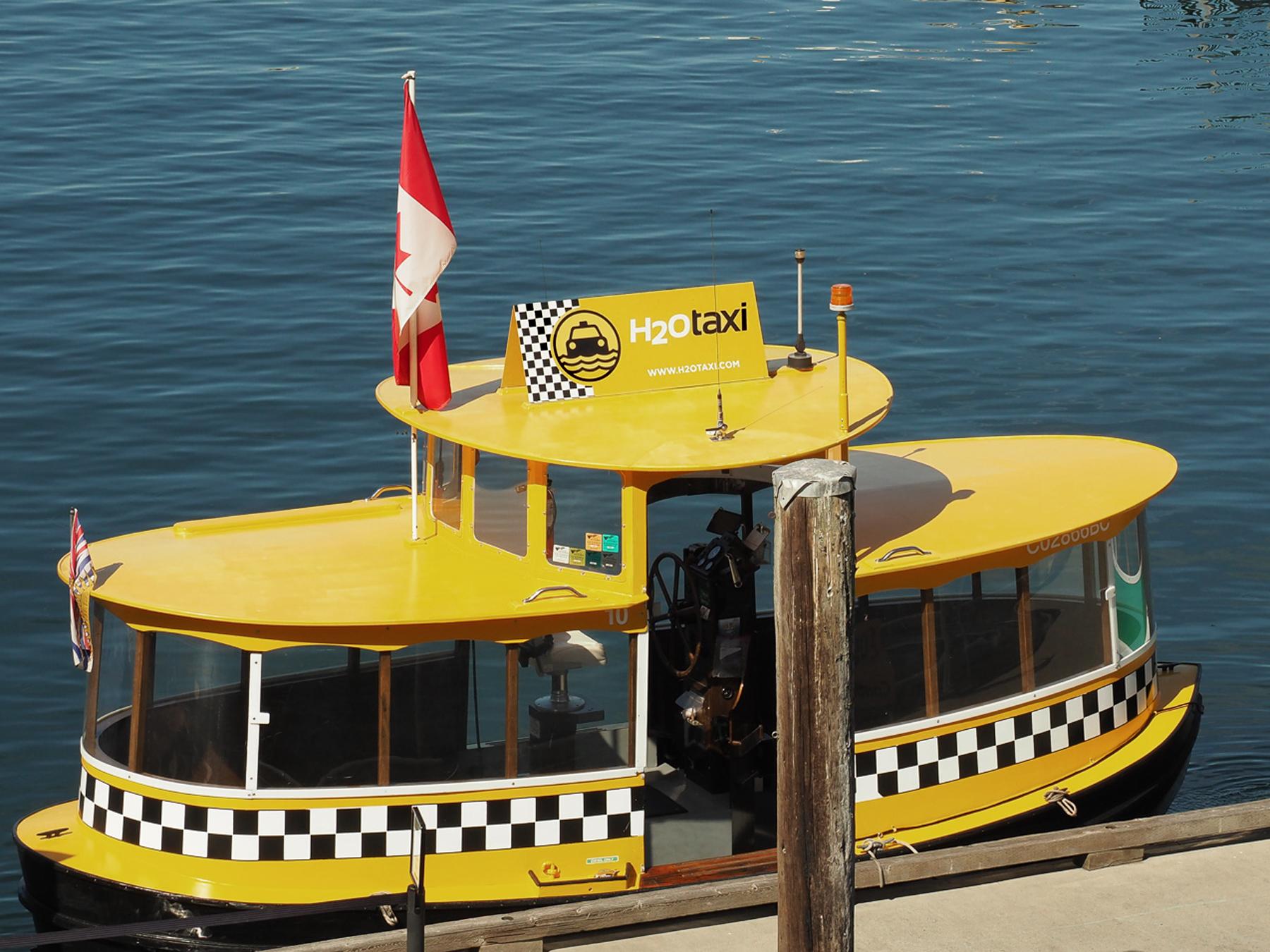 lustige Wassertaxi im Hafen von Victoria