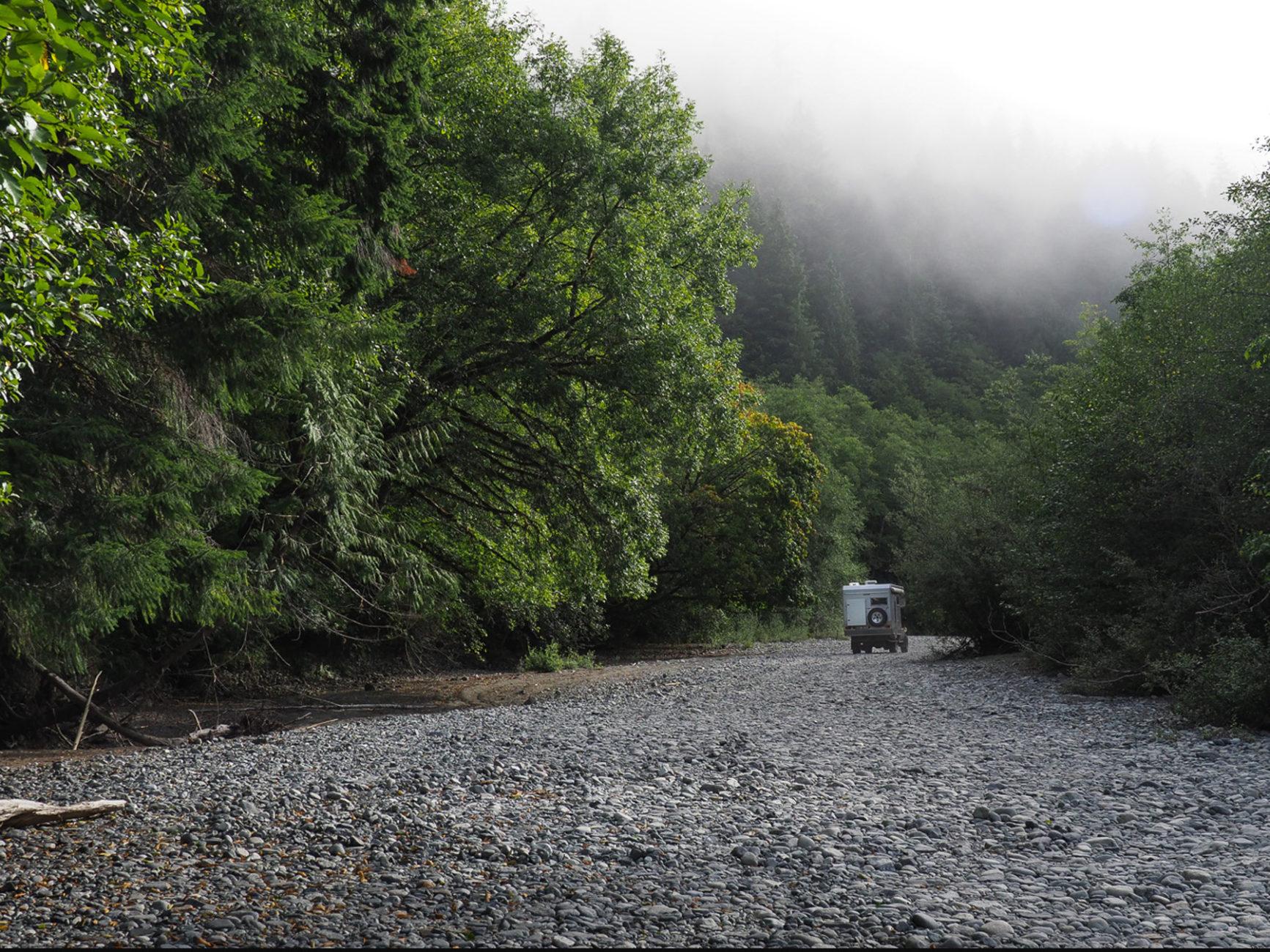 Suche nach einem Übernachtungsplatz im Flußbett im Regenwald