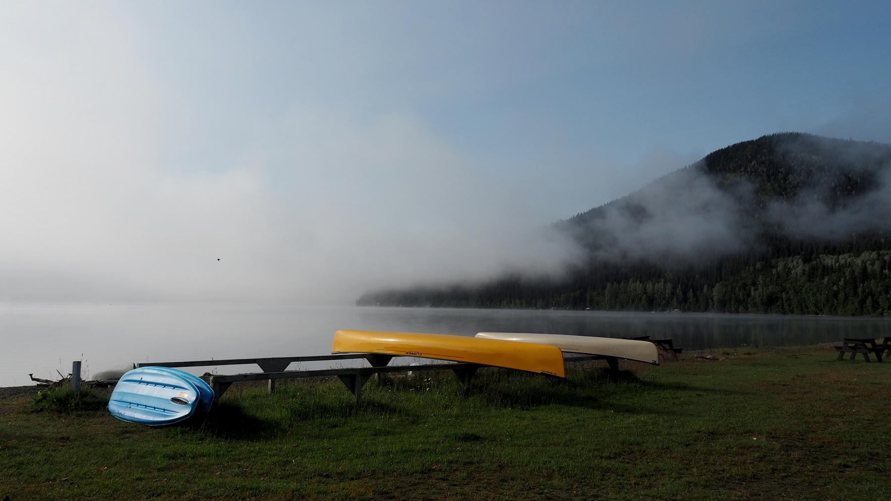 Bowron Lake im Nebel