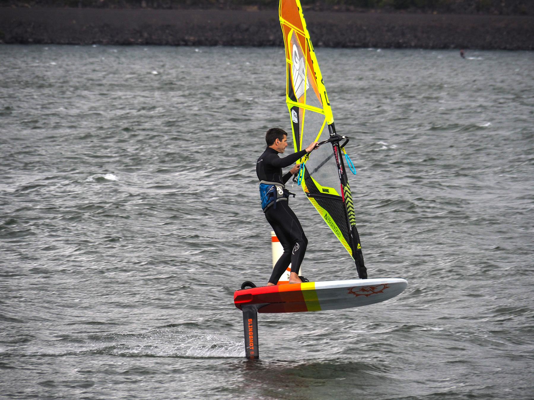 Windsurfer mit Tragflügel