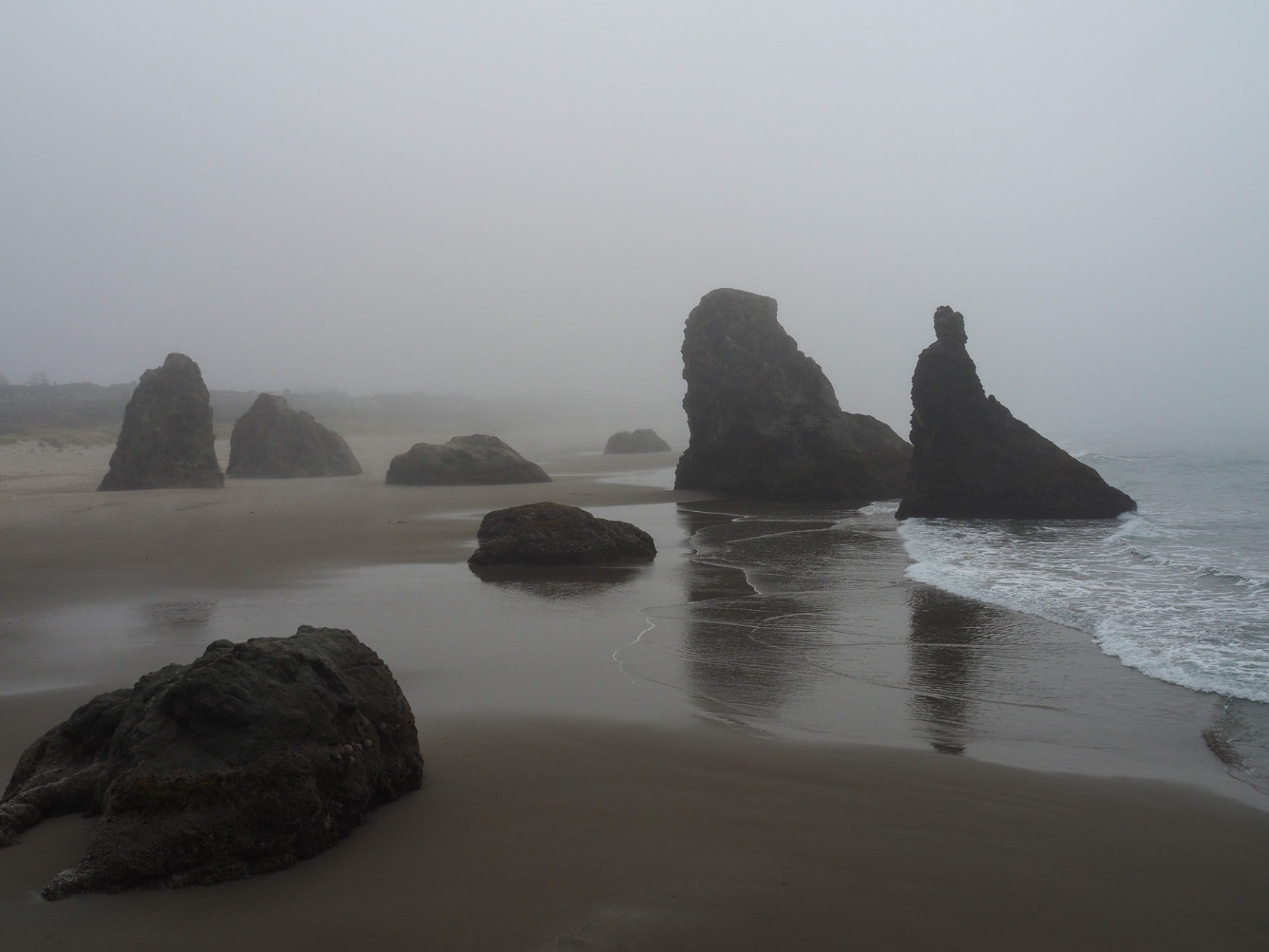 Schöne Küstenlandschaft im Nebel