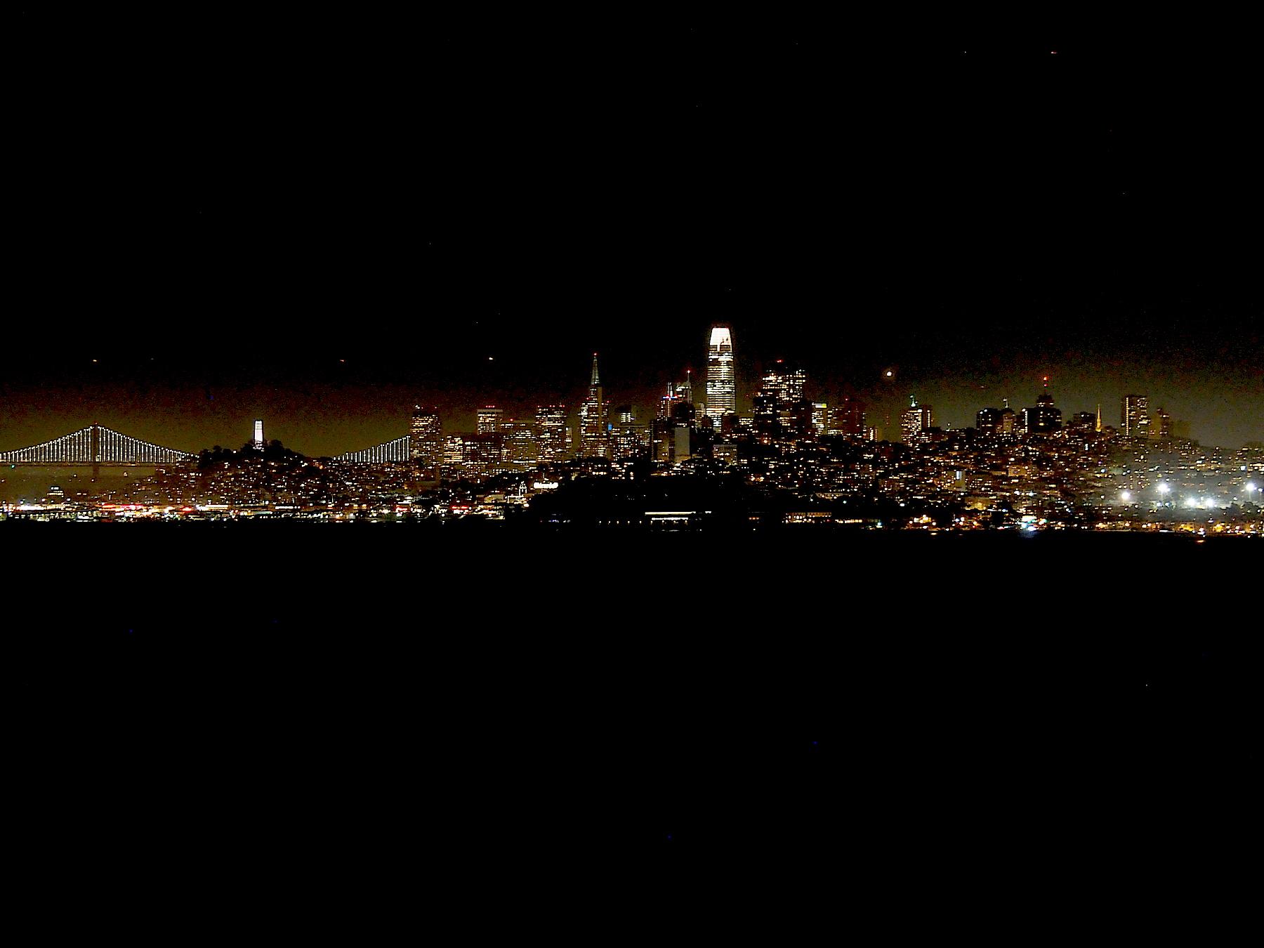 Blick auf die Skyline bei Nacht
