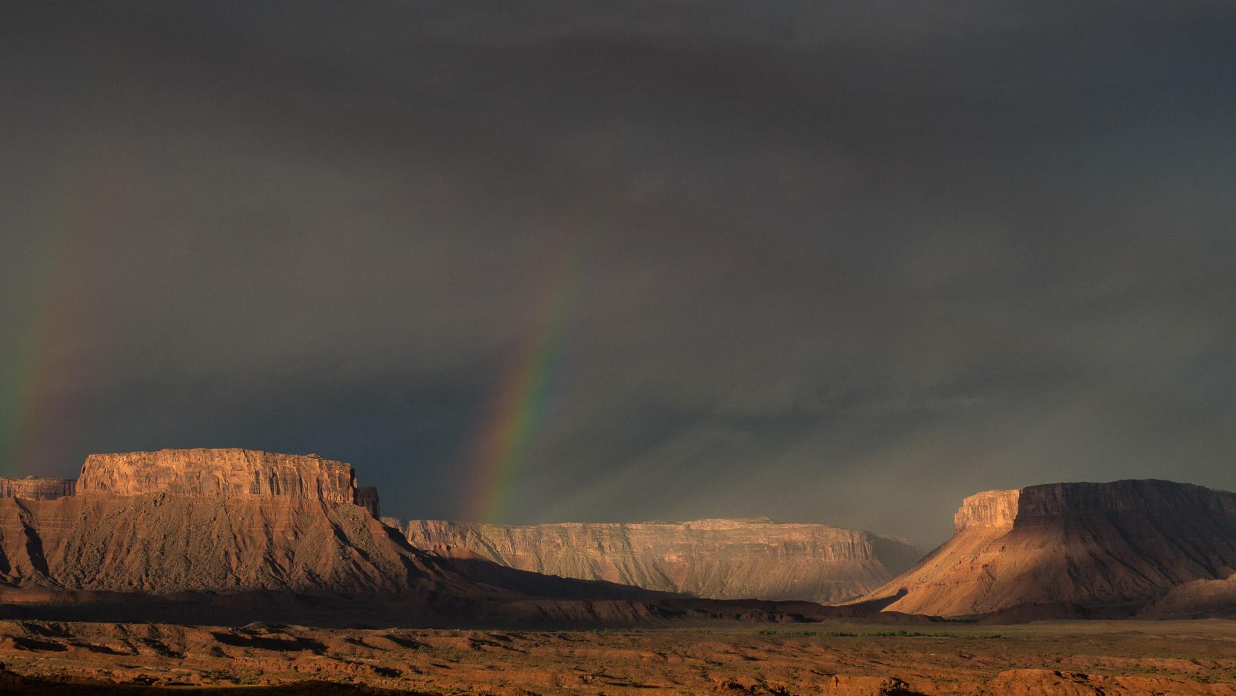 Morgentliche Gewitterstimmung mit Regenbogen
