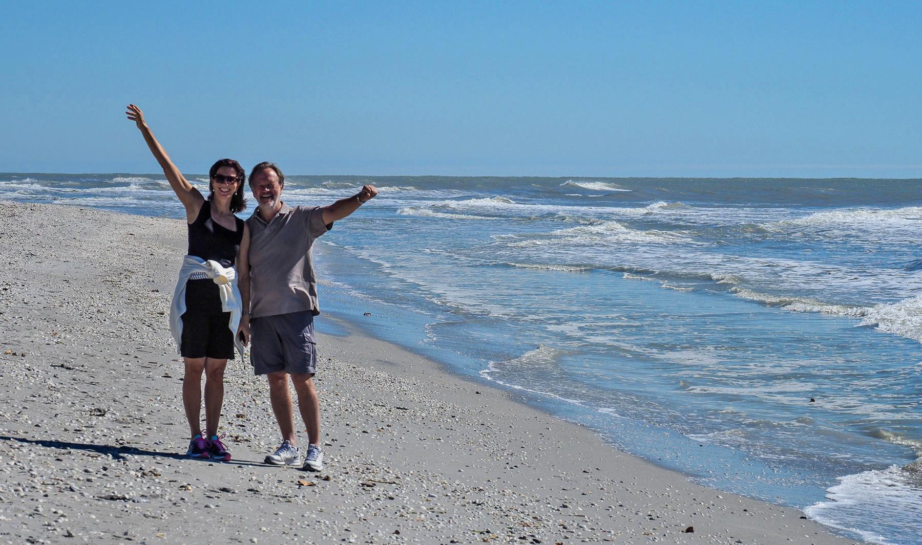 Ausgelassener Spaziergang am Strand