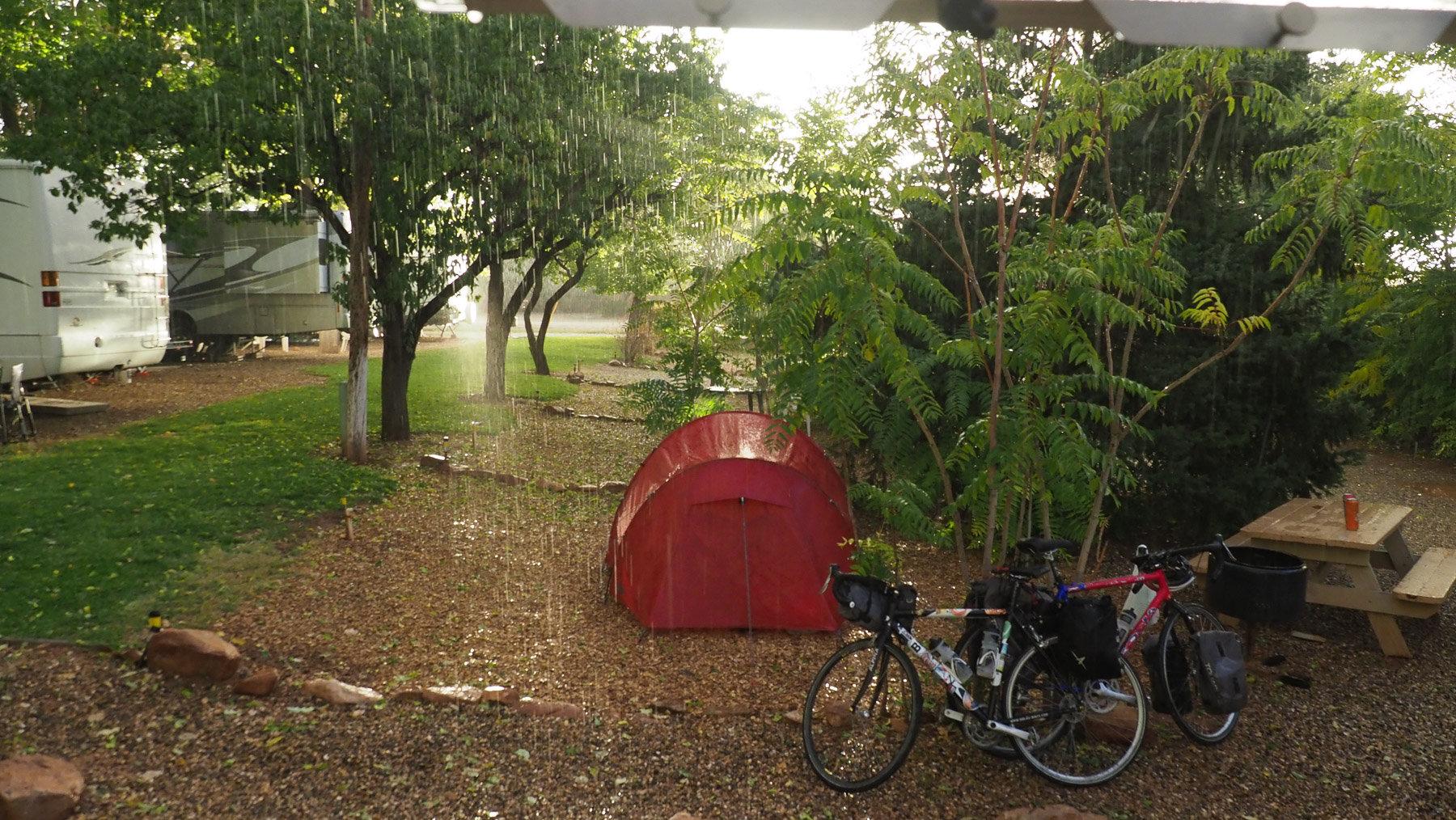 Rachel und Lukes Zelt und Fahrräder im großen Regen