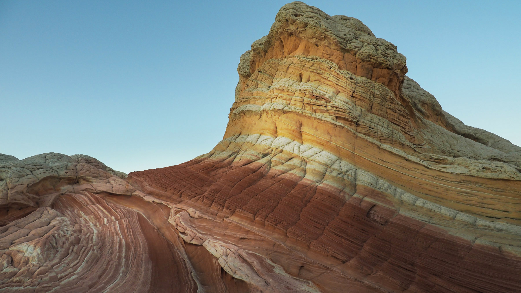 Unter der weißen Haut hat die Erosion rote und gelbe Schichten freigelegt