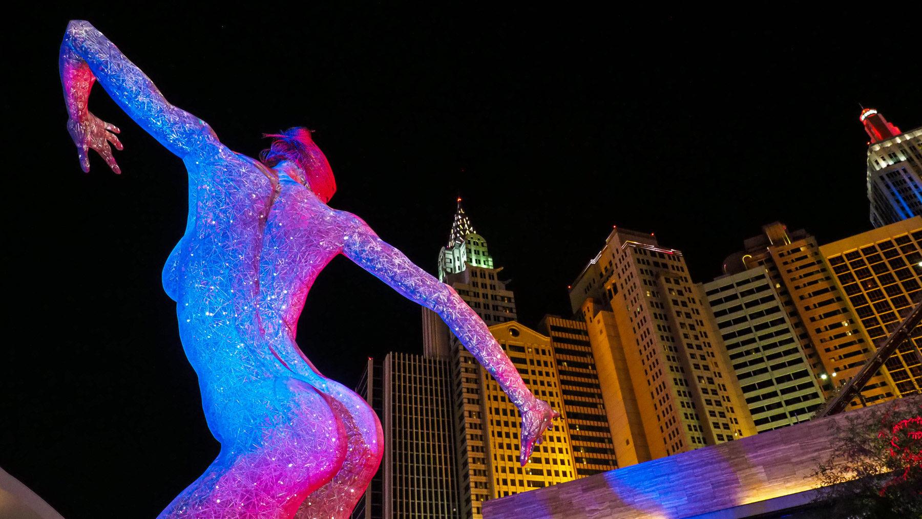 Leuchtende Skulptur vor dem Stadion