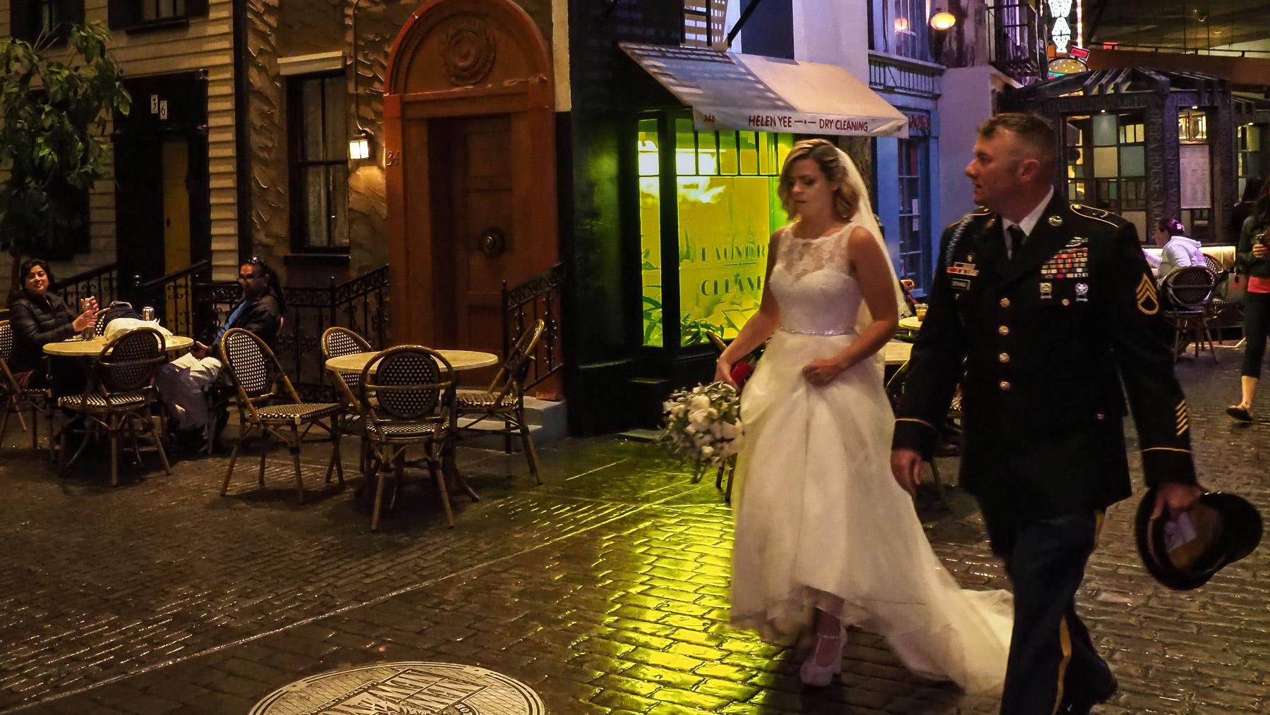 Ein Hochzeitspaar auf dem Weg zu einer der Wedding Chapels