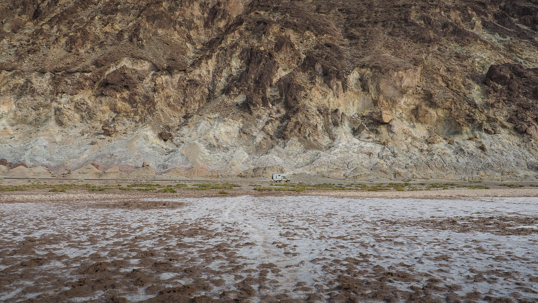 Unser Toyota - ganz klein in der Wüste