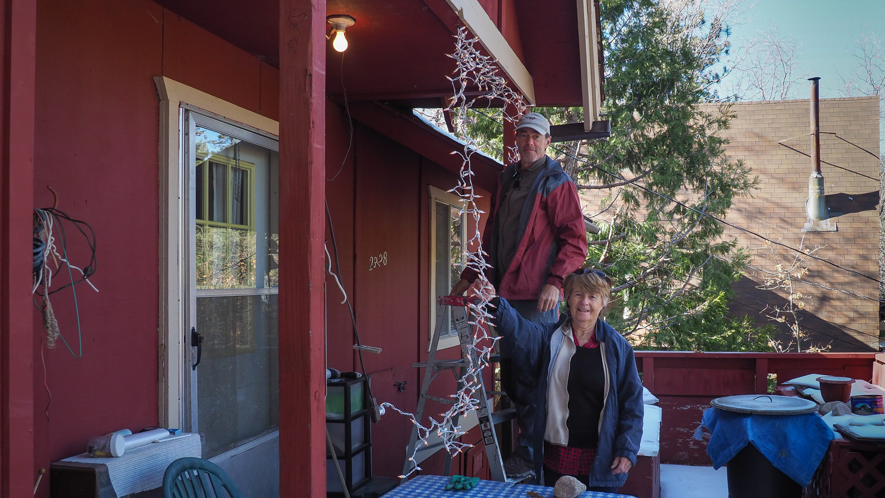 Weihnachtsstimmung beim Aufhängen der Beleuchtung