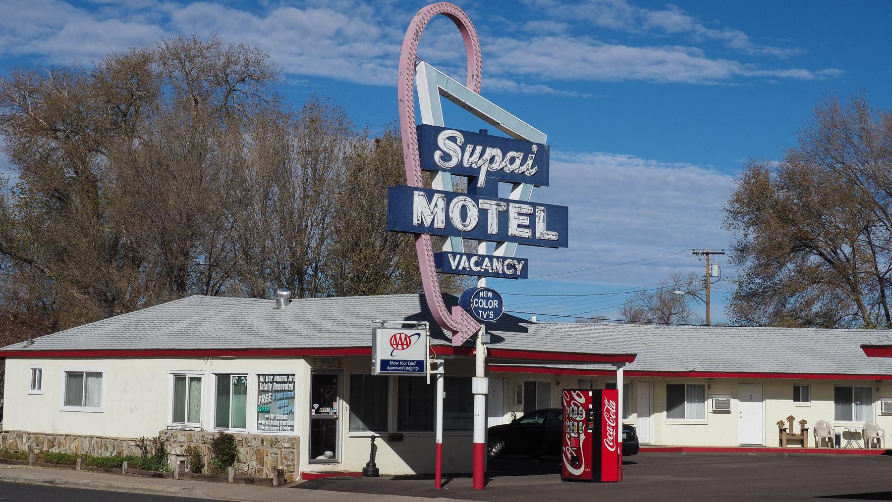 Dieses Motel wirbt mit neuen Farbfernsehern