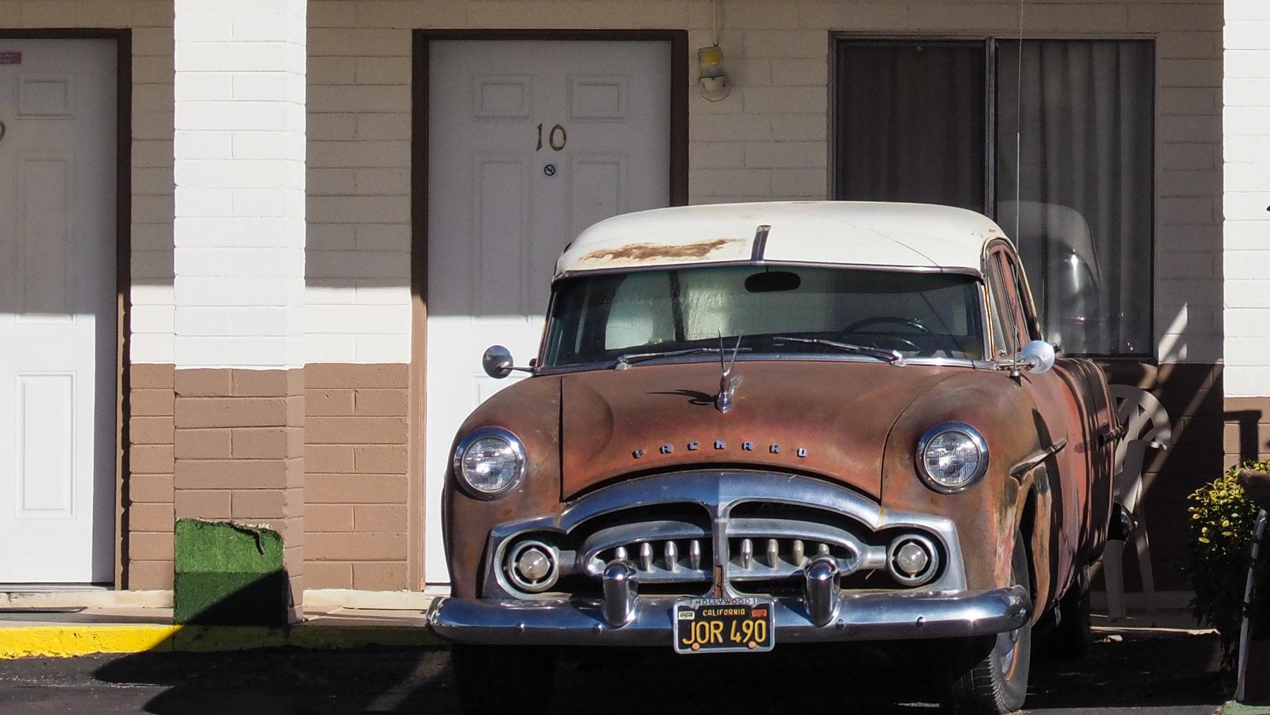 Oldtimer vor einem Motel an der Route 66
