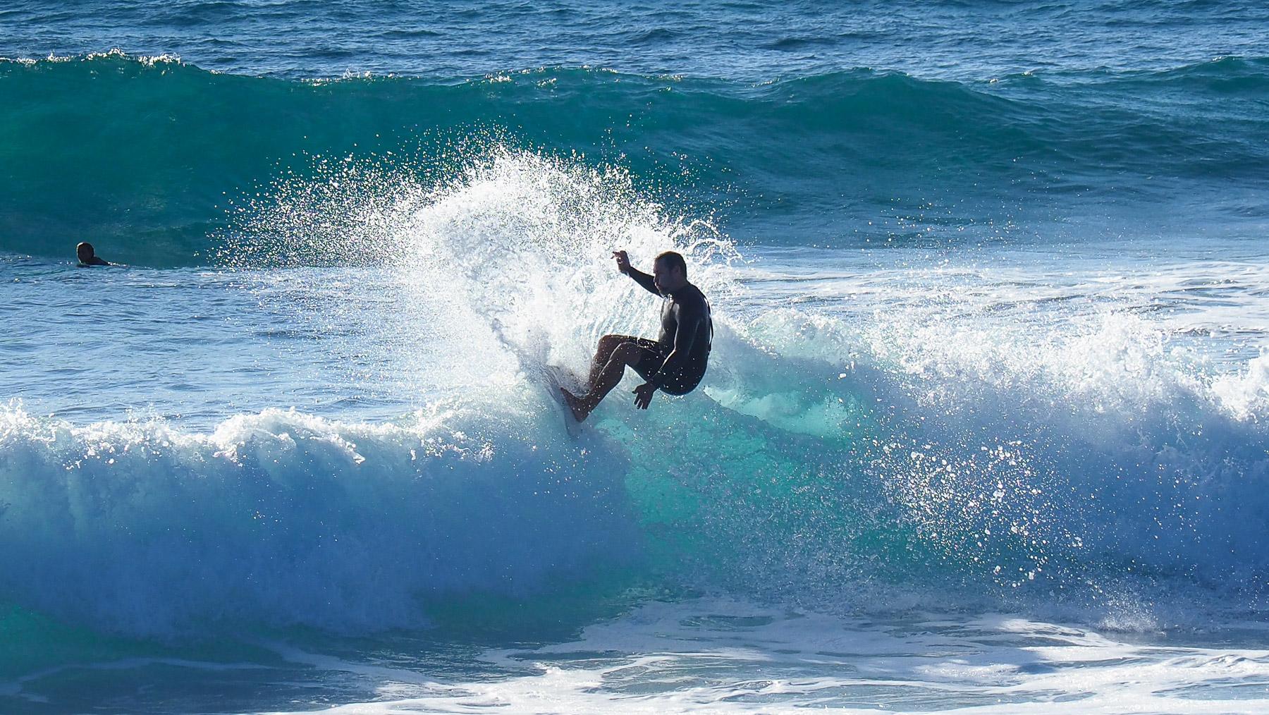 Viele Wellenreiter am Pazifik