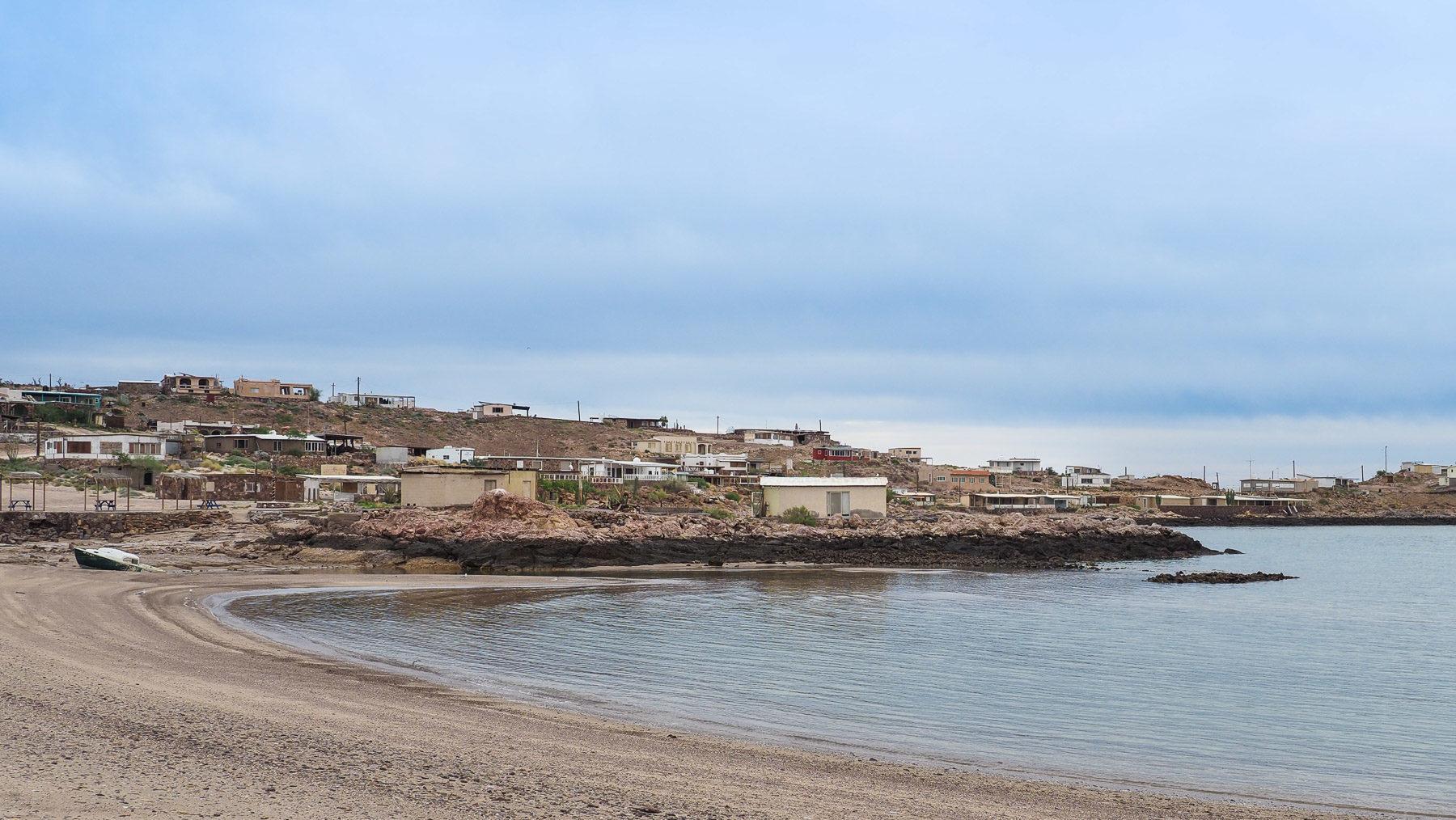 Fast verlassene Fischerdörfer. Nur die Tankstelle hat geöffnet