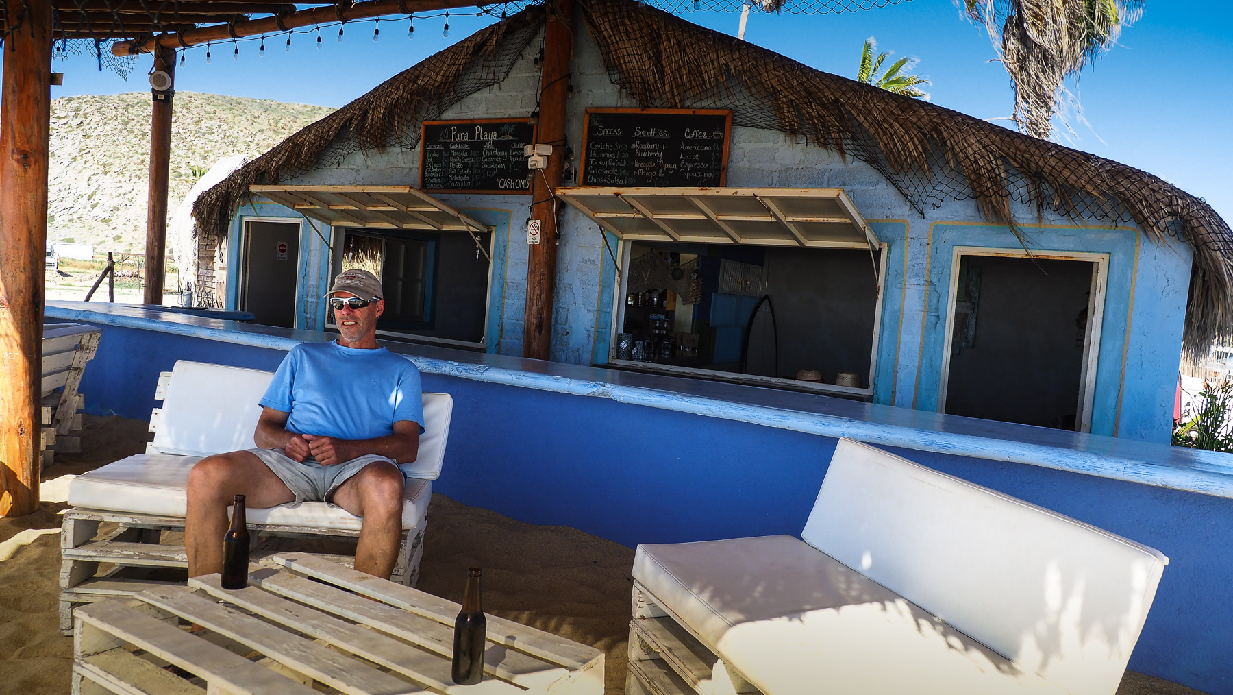 Strandbar mit leckerem rohem Fisch-Ceviche direkt aus dem Meer