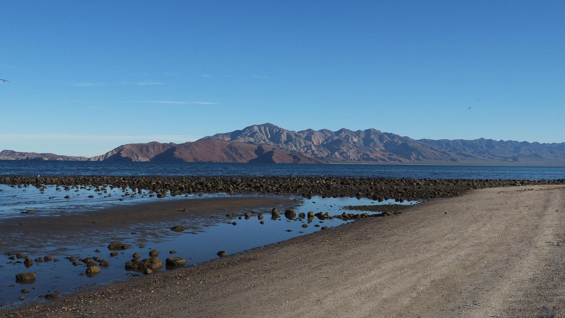 Karge, vulkanische Umgebung in der Mitte der Baja an der Ostküste