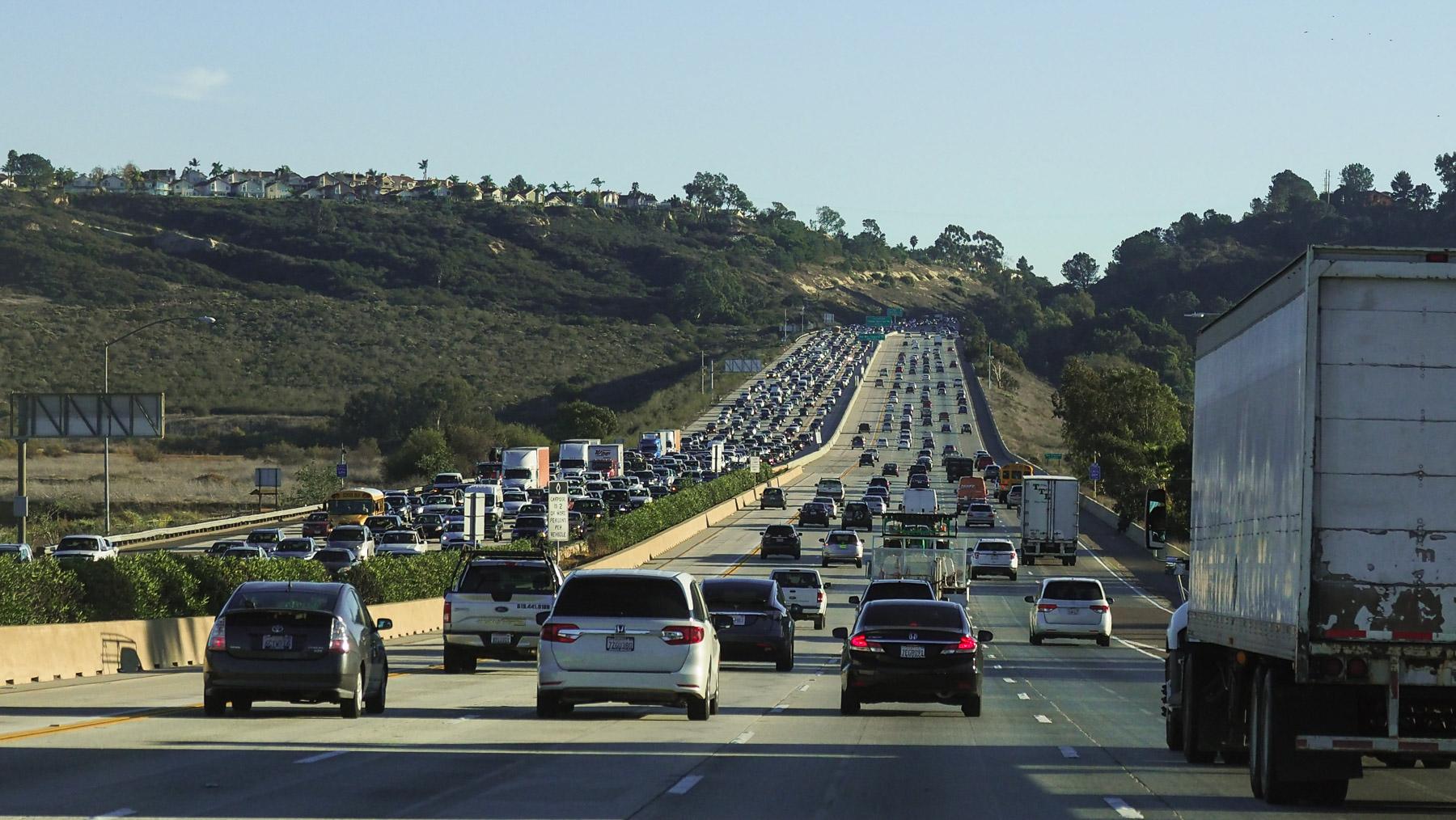 jede Menge Autobahnen und Verkehr im südlichen Kalifornien