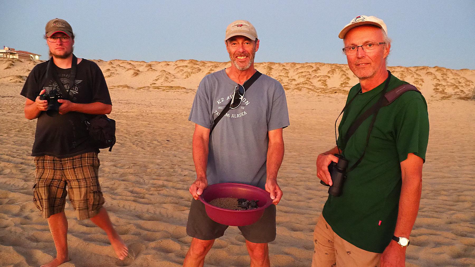 Eines der Schildkröten-Auswilderungsteams: Matthias, Georg und Frank