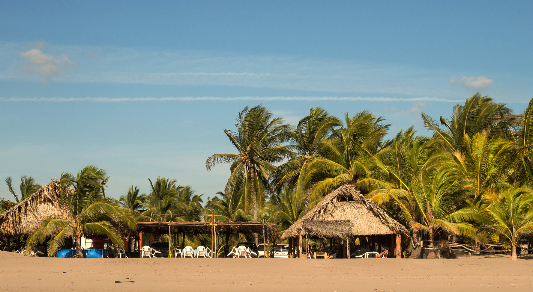 Restaurants direkt am Strand unter Palmen