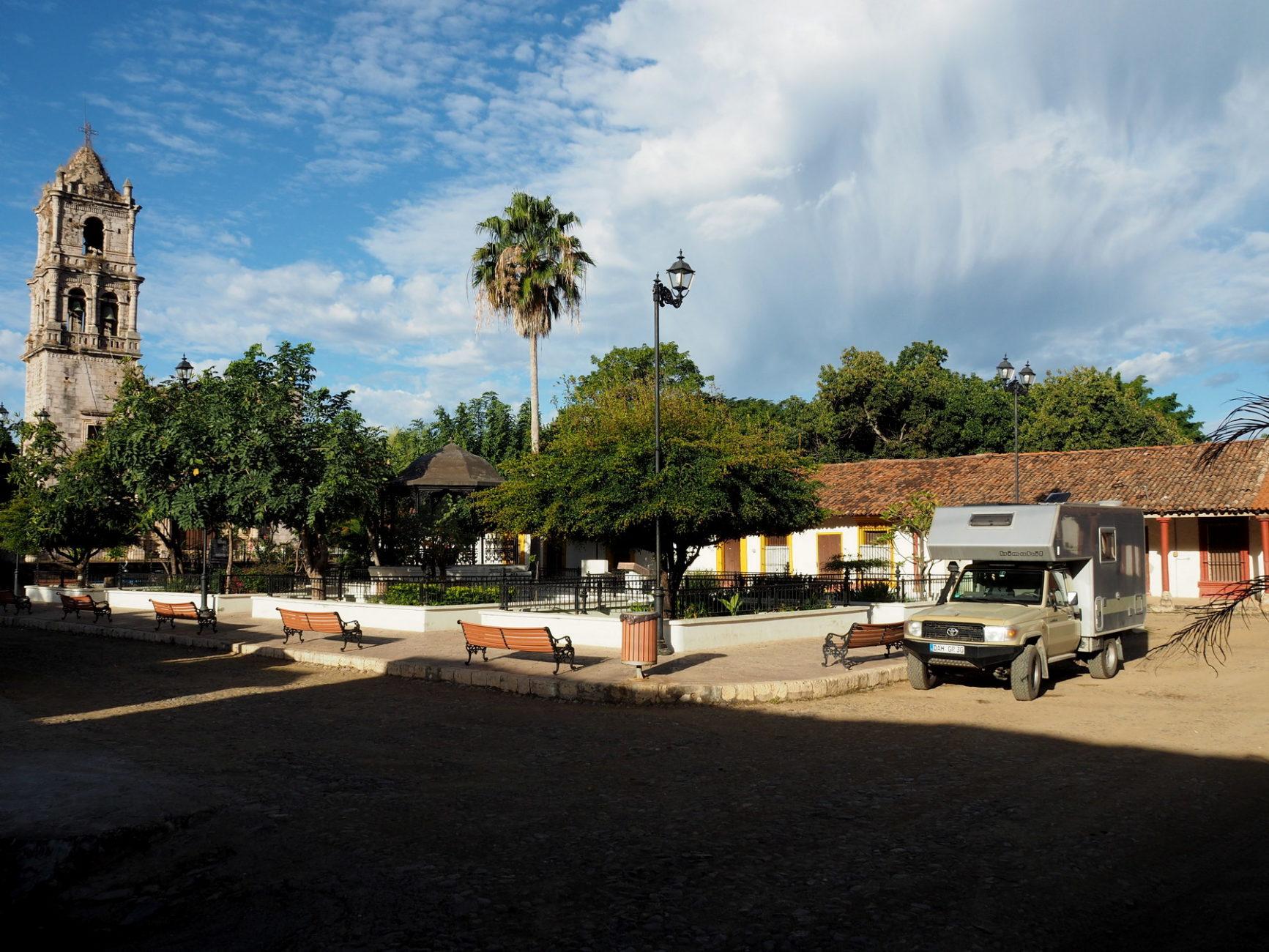 Übernachtung im Dorfzentrum, der Kirchturm ist einsturzgefährdet