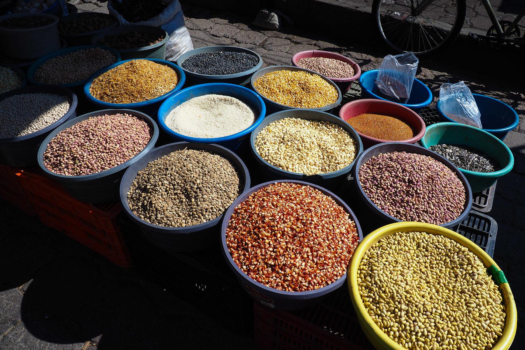 Bohnen, Mais, Reis ect. auf dem Gemüsemarkt