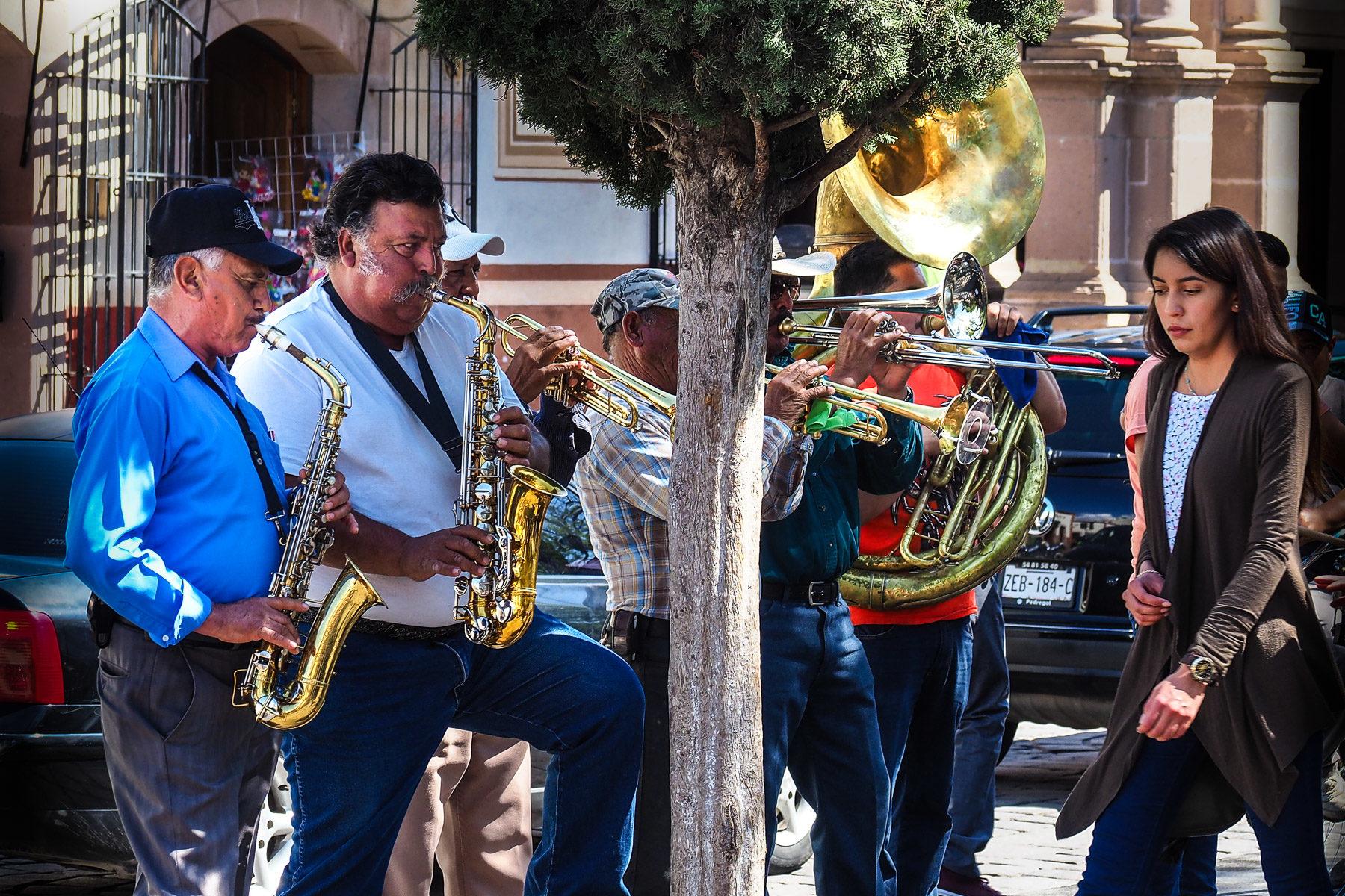 Lieblingsmusik der Mexikaner hier auf'm Land: Blasmusik