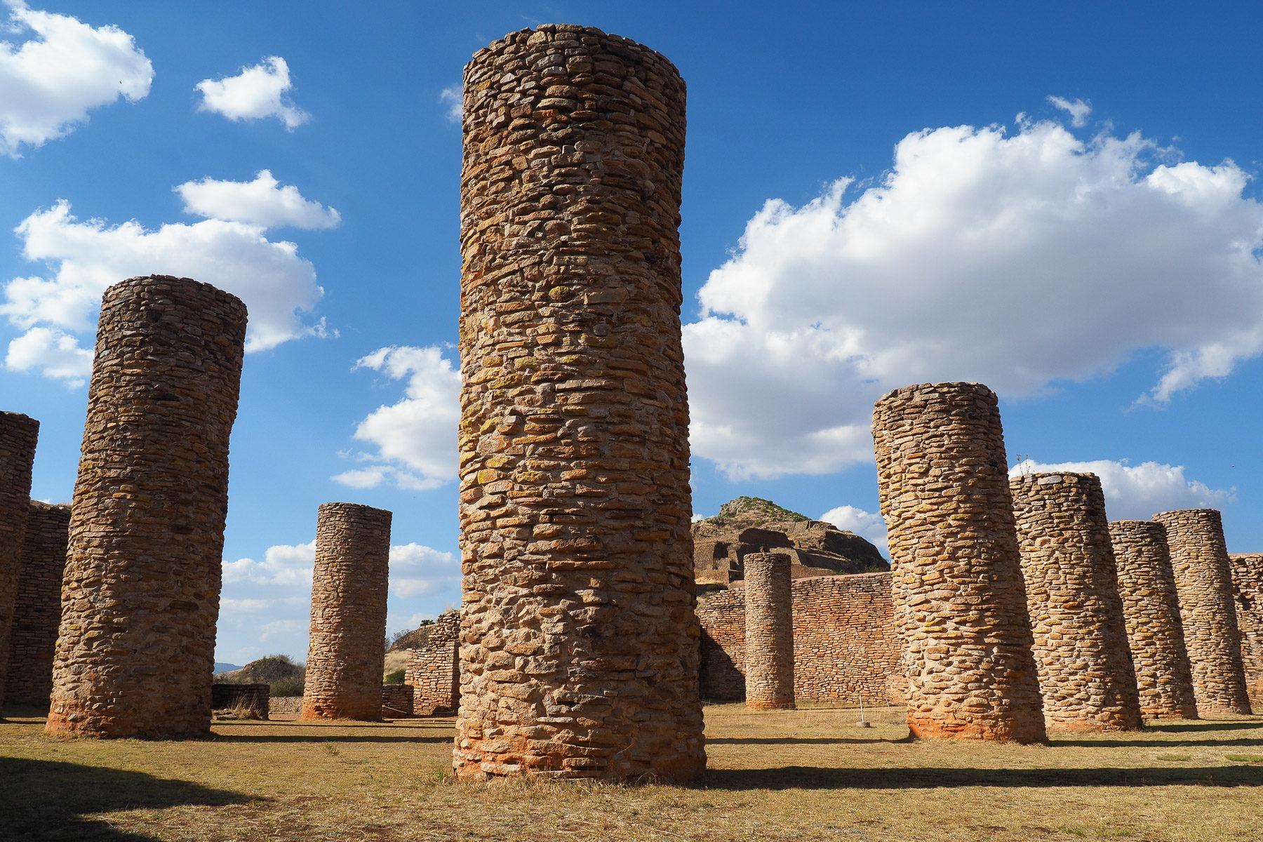 Beeindruckende Säulen, die einmal ein riesiges Dach getragen hatten, das ca. 750 n.C. durch Feuer zerstört wurde