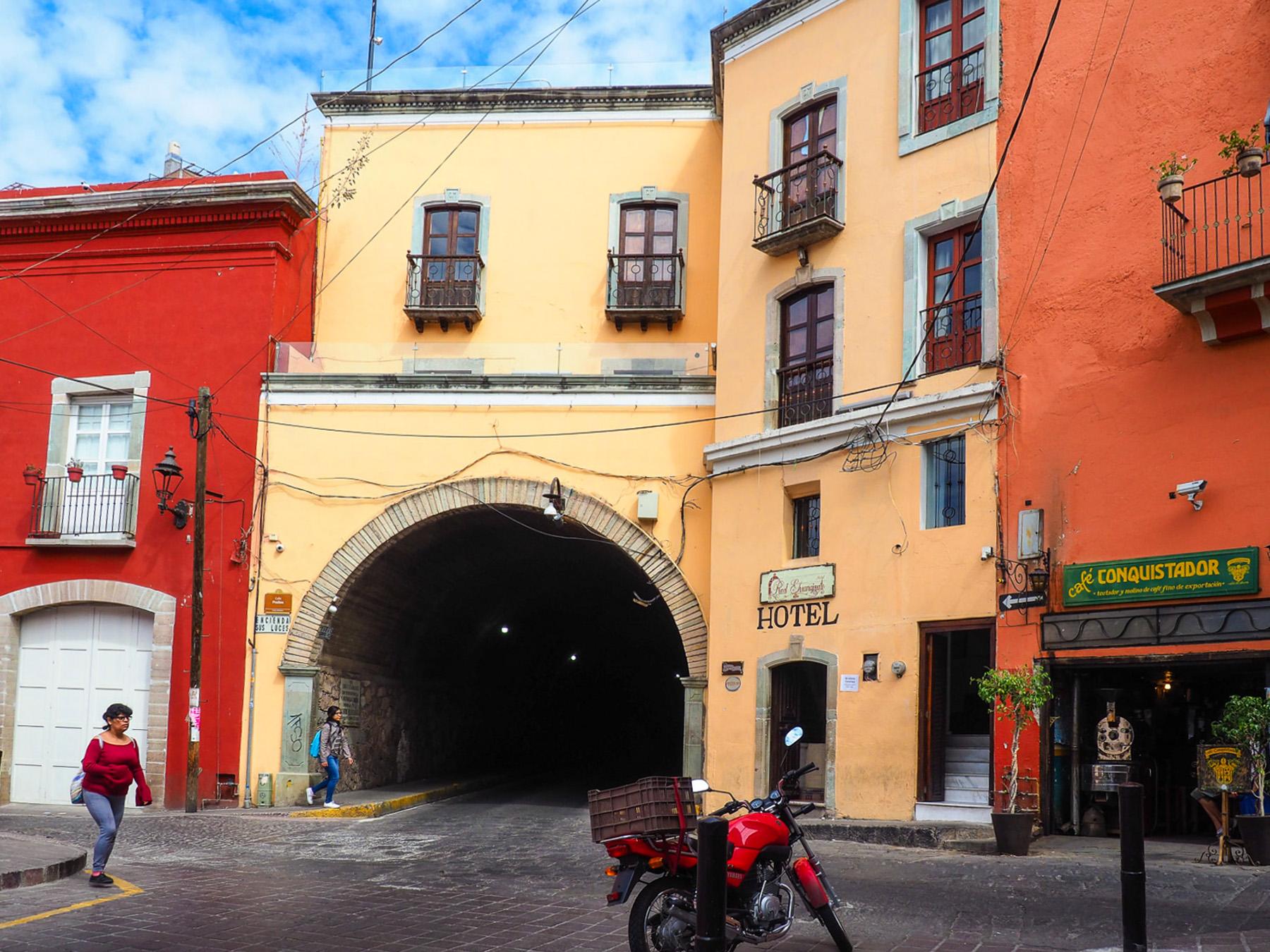 Unter der Stadt liegt die alte Silbermine, die Tunnel werden für den Verkehr genutzt