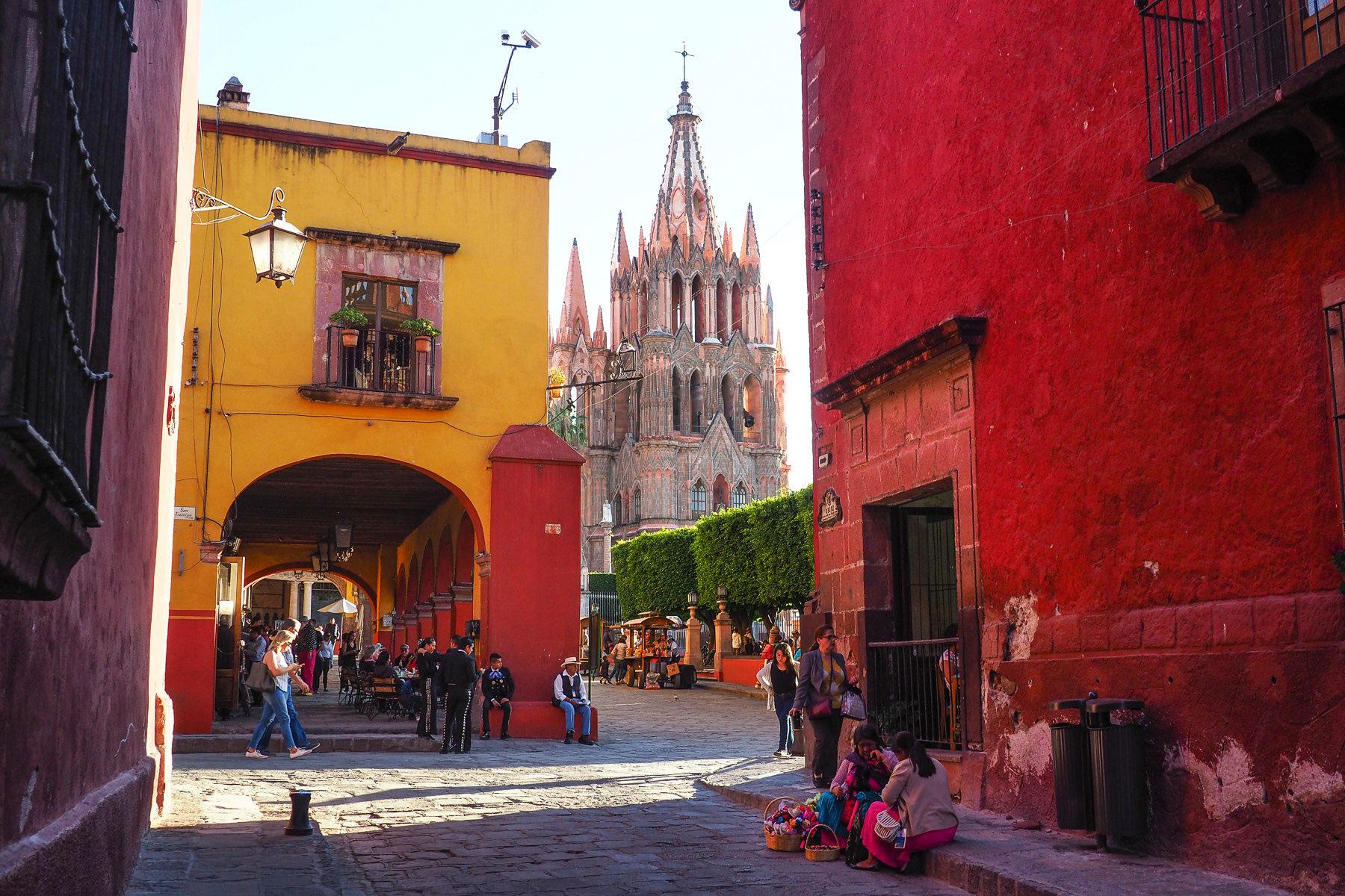 San Miguel de Allende:  in warmen Gelb- und Rottönen