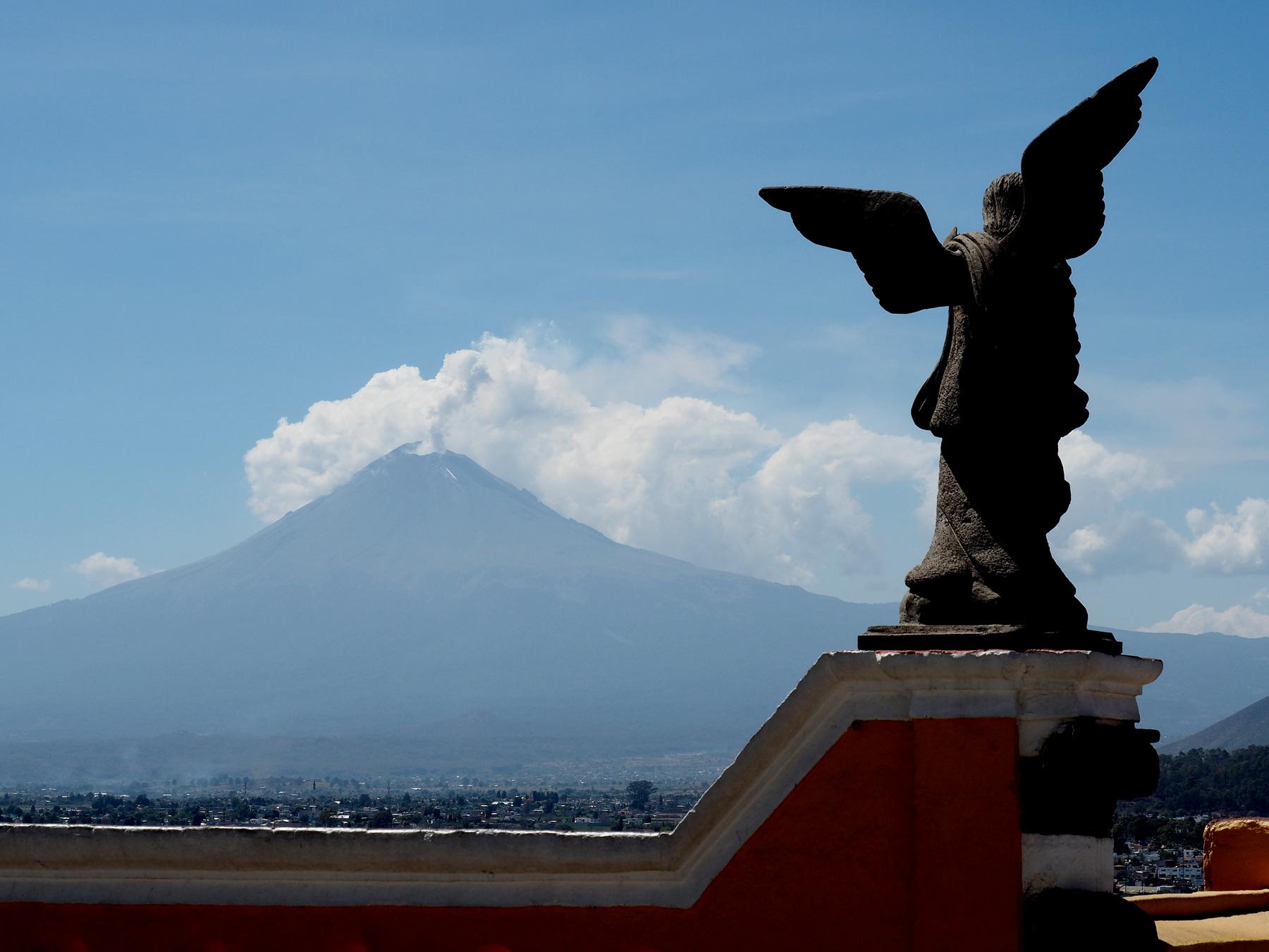 Blick von der Kirche auf den Vulkan