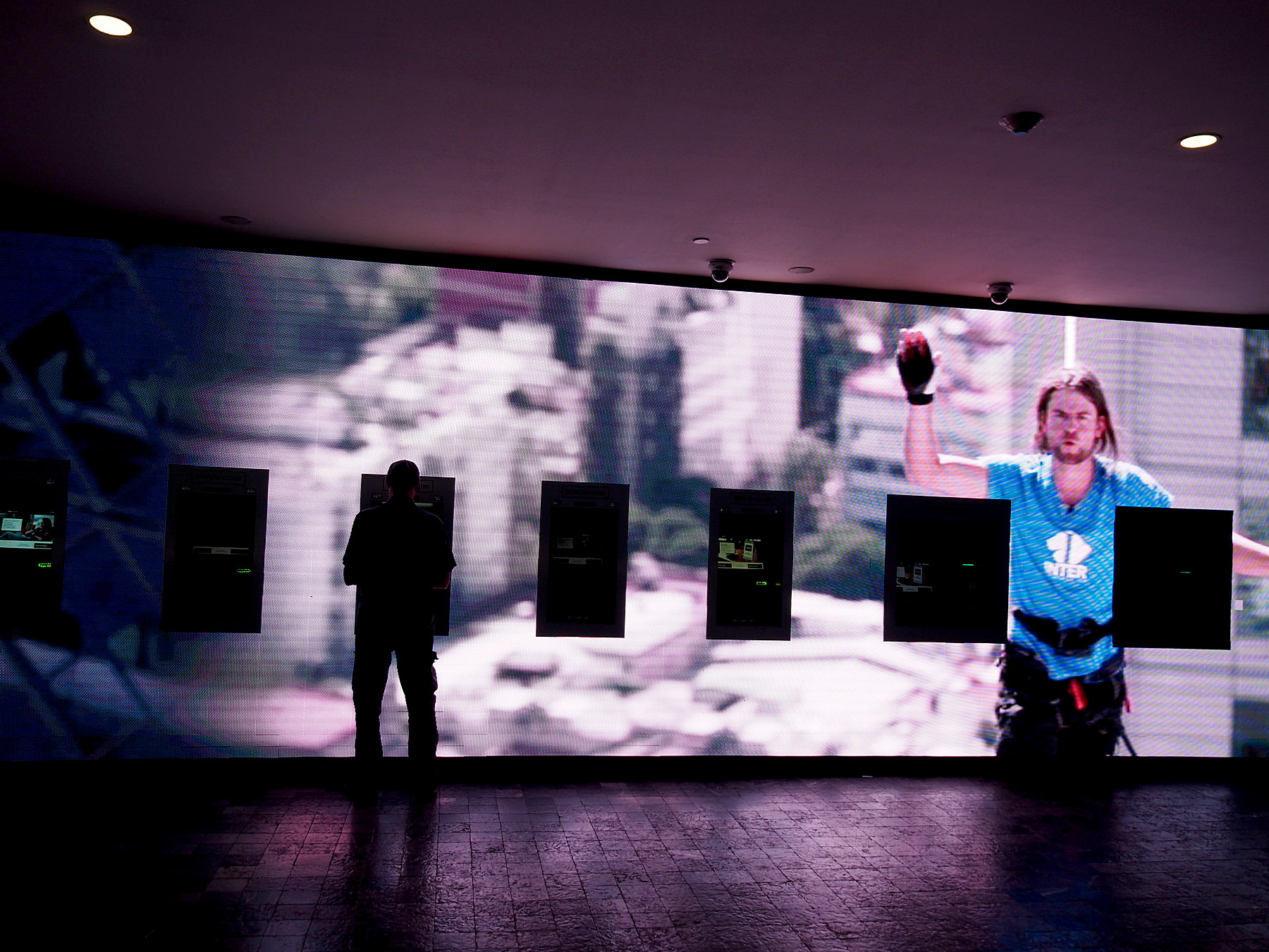 Hightech-Videowand mit Geldautomaten