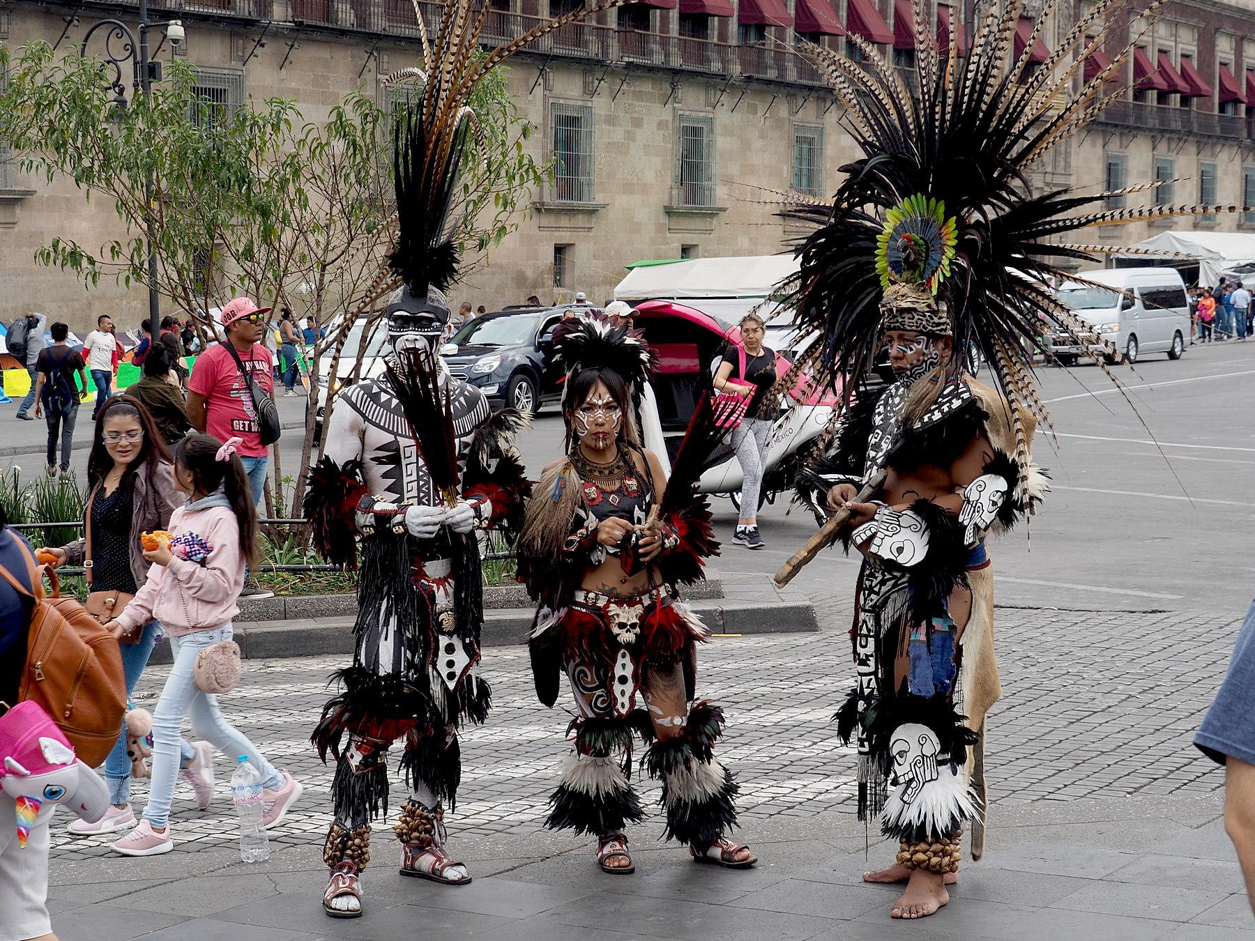 """""""Ureinwohner"""" mit tollen Kostümen"""