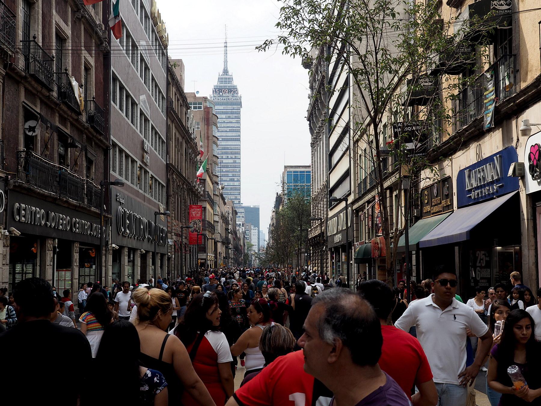 Hochbetrieb in der Fußgängerzone, im Hintergrund der Los Americanos Tower