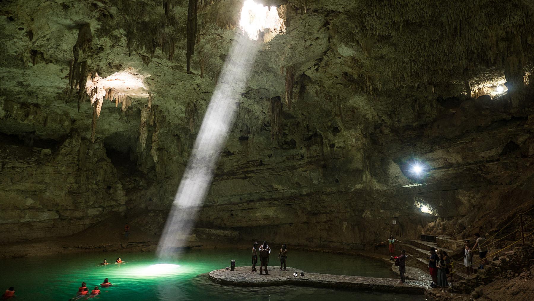 Mayas und Touristen in unglaublicher Szenerie