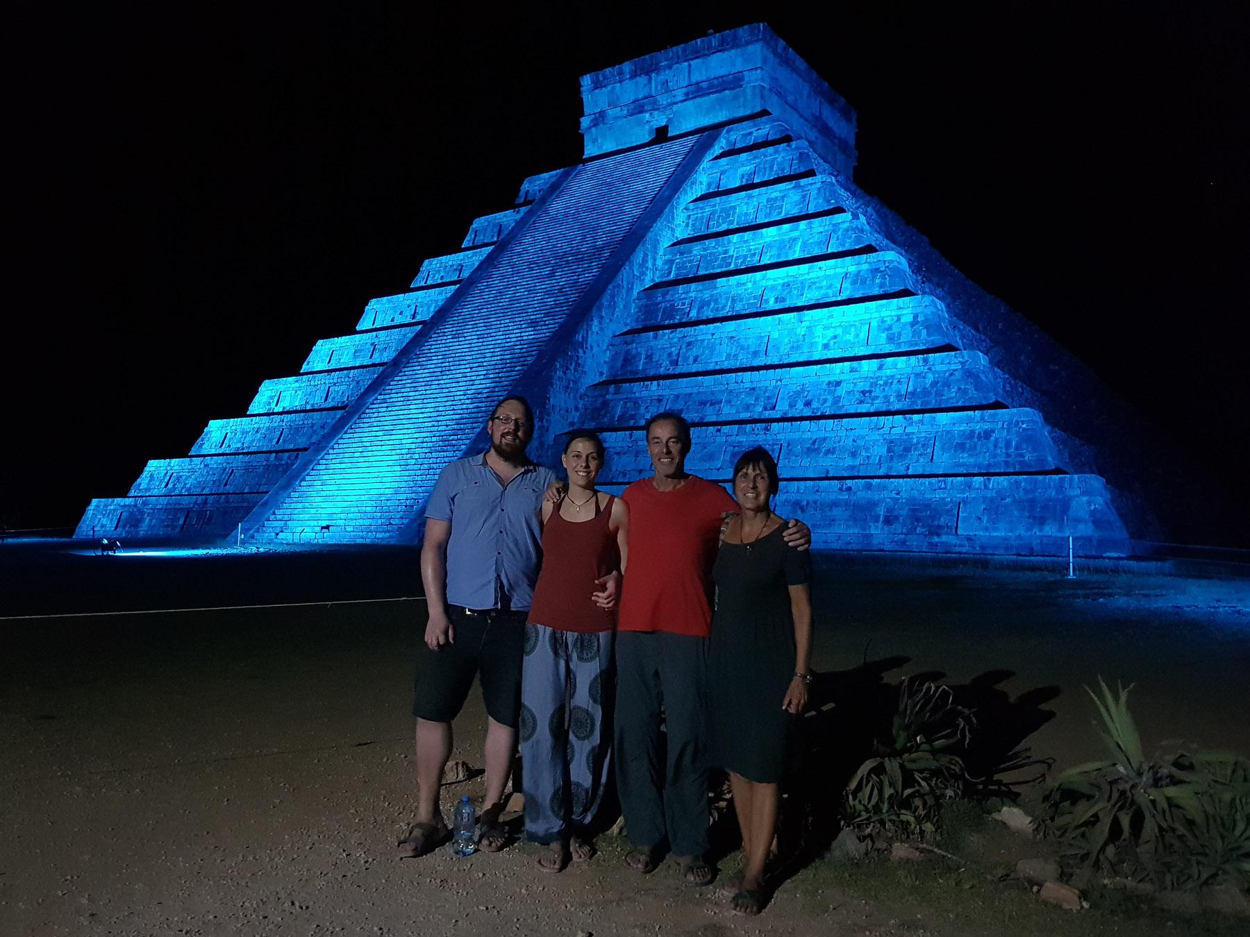 Nachts vor der Kukulcan Pyramide