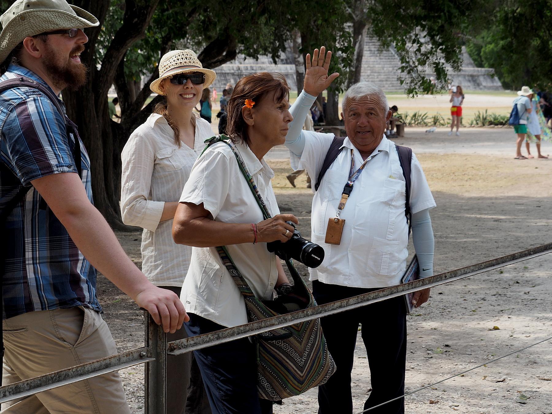 Manuel erklärt uns die Welt der Mayas